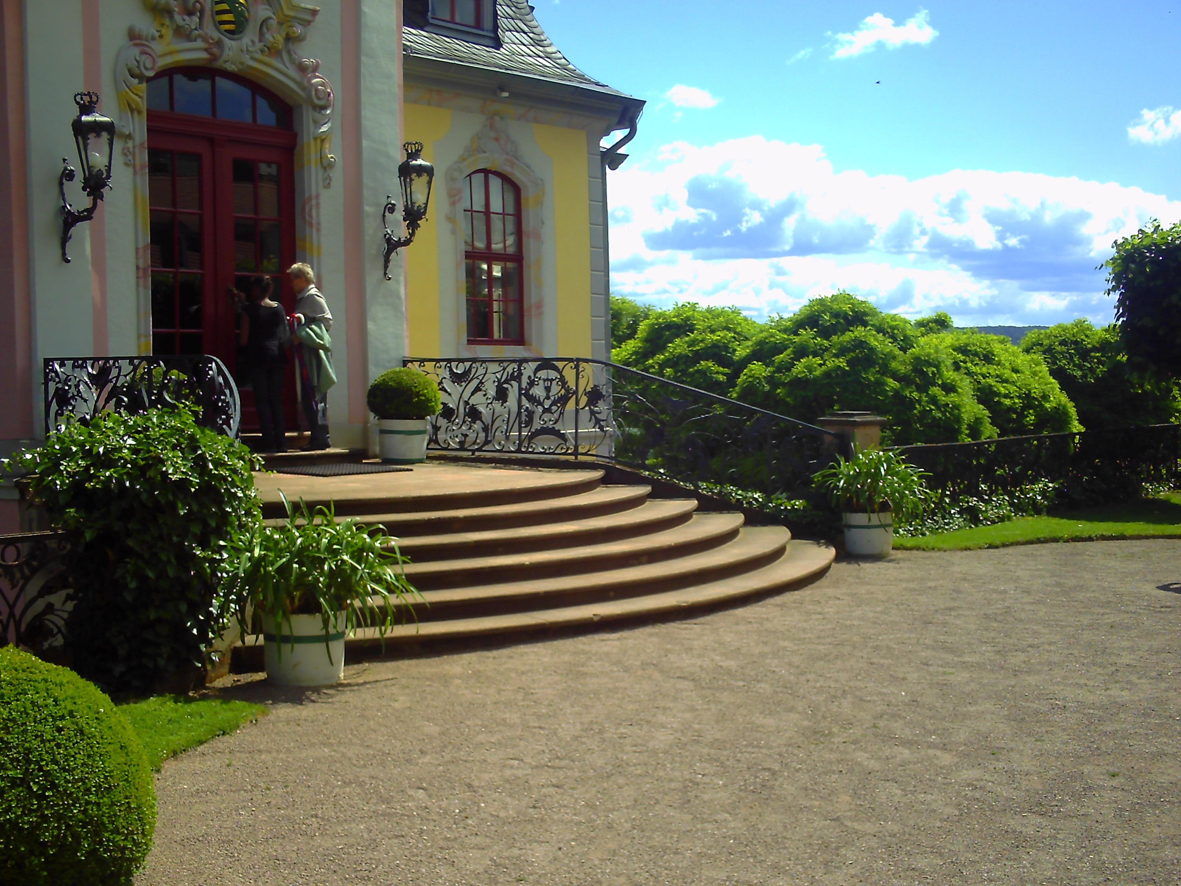 Fotos gratis c sped villa palacio casa edificio for Jardin entrada casa