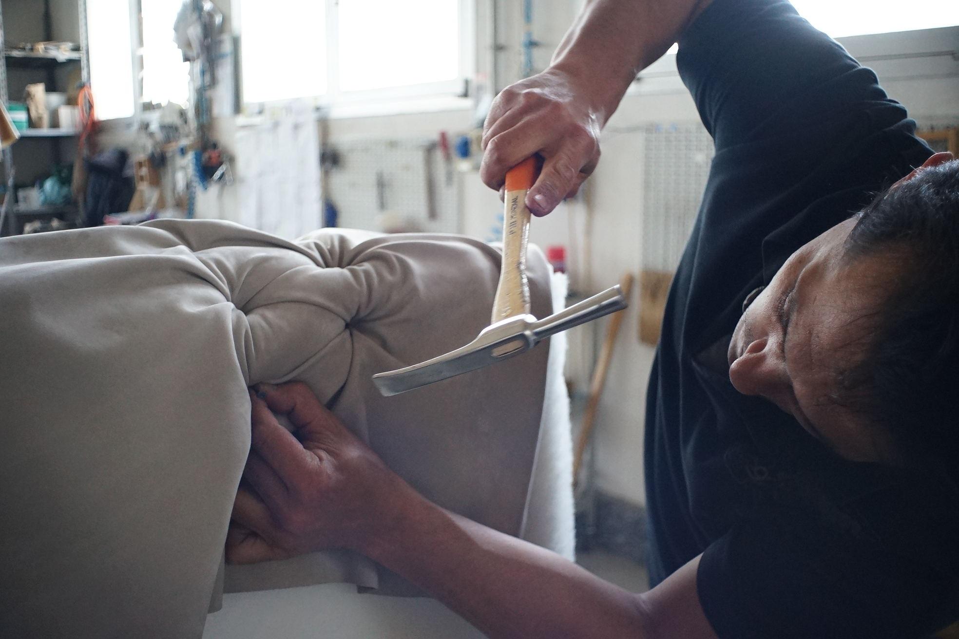 Fotos Gratis Pierna Mueble Brazo Sof M Sculo Cuerpo Humano  # Muebles El Obrero