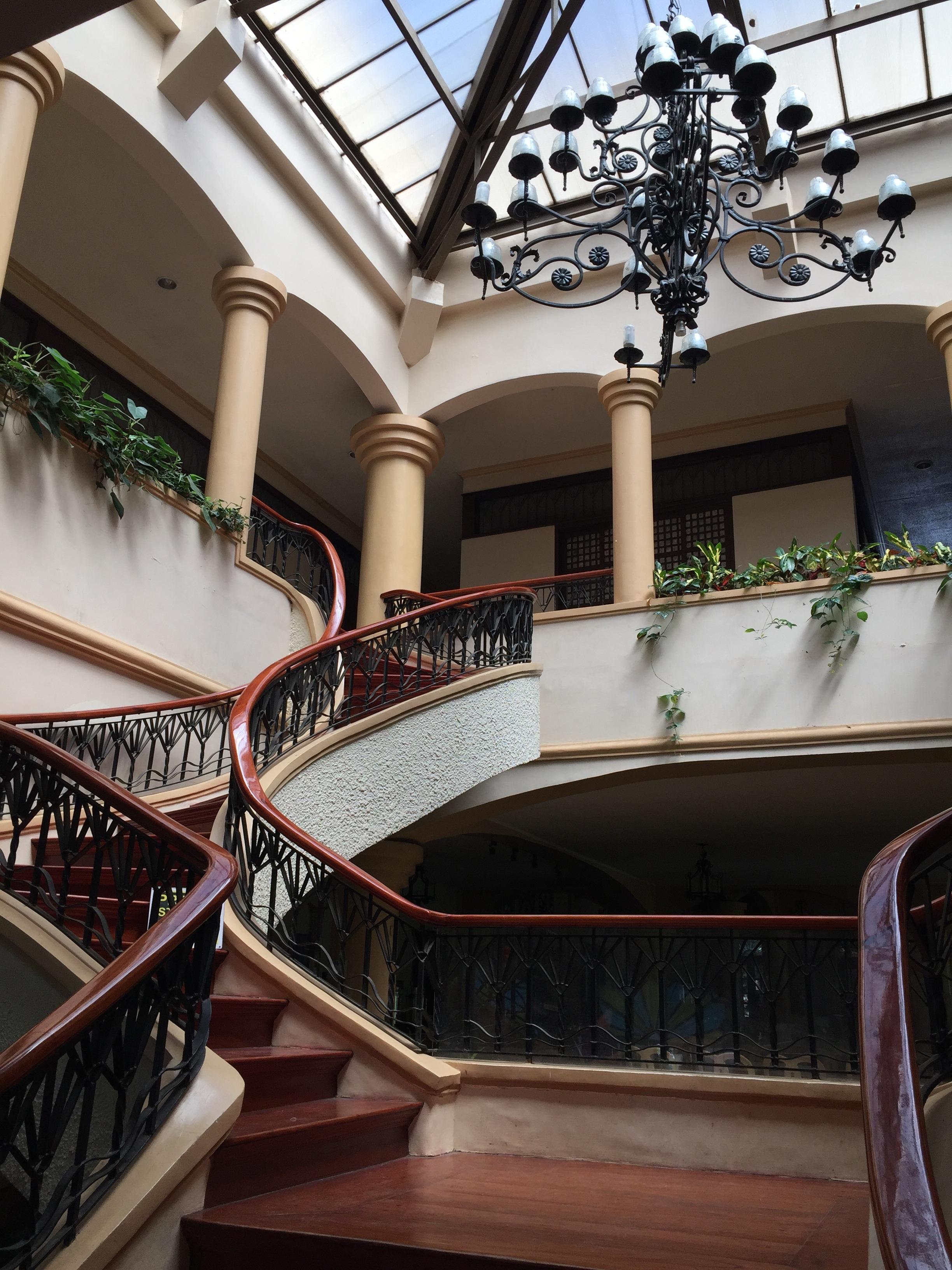 Images gratuites lumi re architecture manoir maison int rieur b timent restaurant vieux - Luminaire escalier maison ...