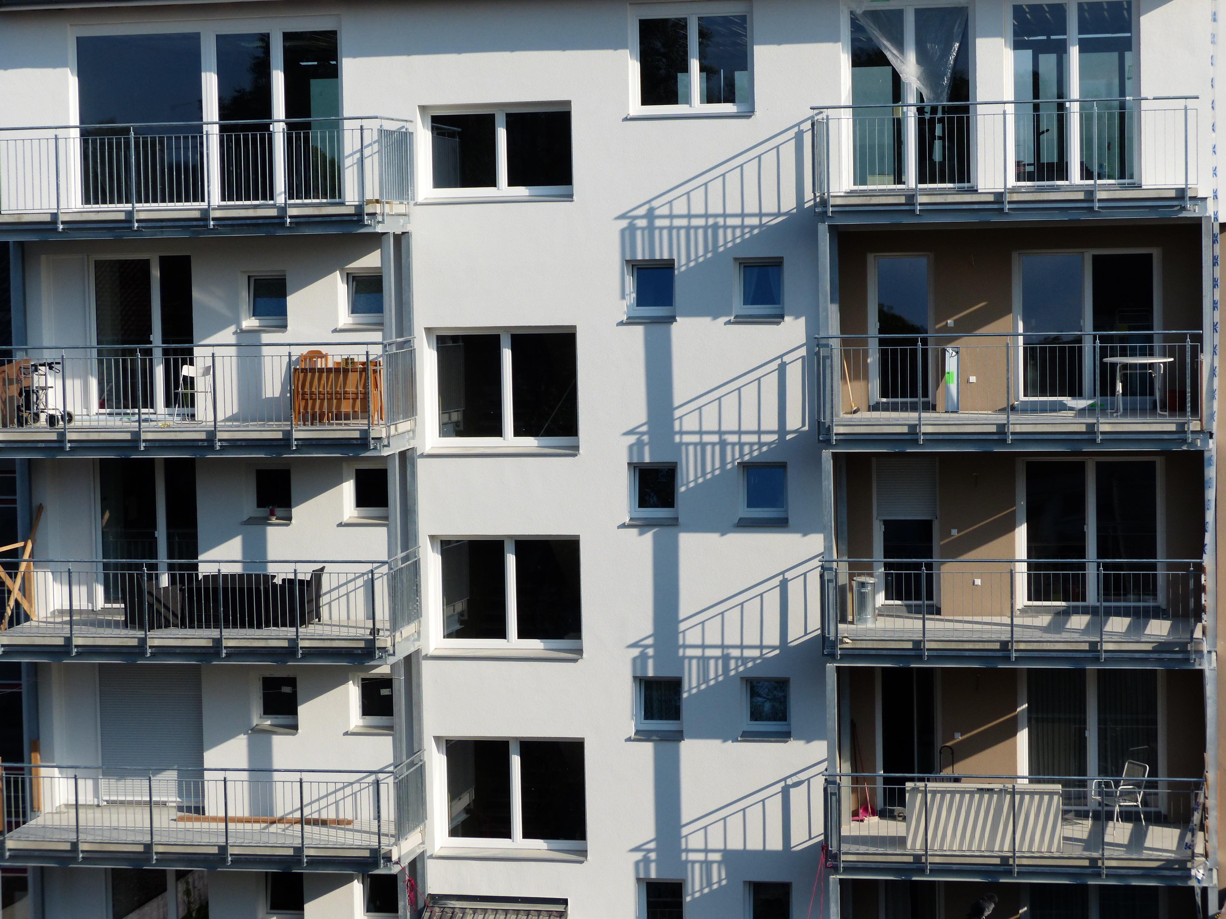무료 이미지 빛 건축물 맨션 집 창문 건물 발코니 정면 거주 재산 탑 블록 디자인