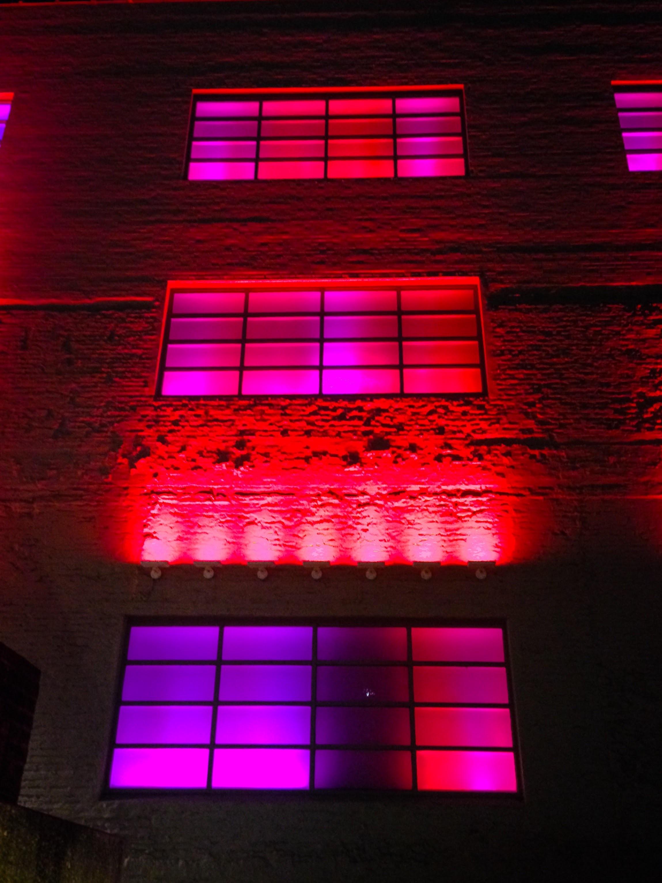 무료 이미지 빛 건축물 밤 창문 번호 건물 시티 도시의 벽 빨간 색깔 조명 네온