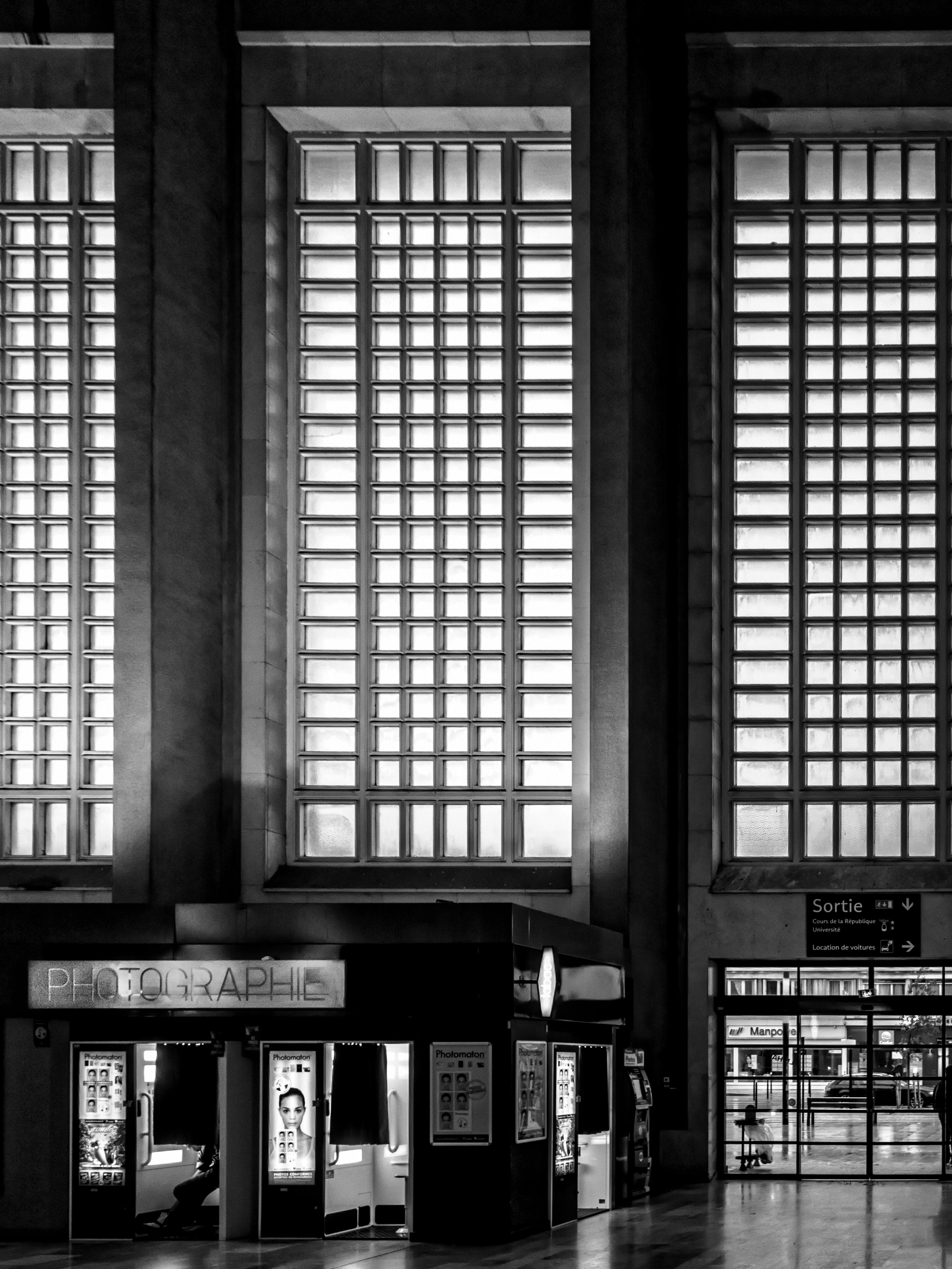 images gratuites lumi re noir et blanc architecture chemin de fer gare fa ade monochrome. Black Bedroom Furniture Sets. Home Design Ideas