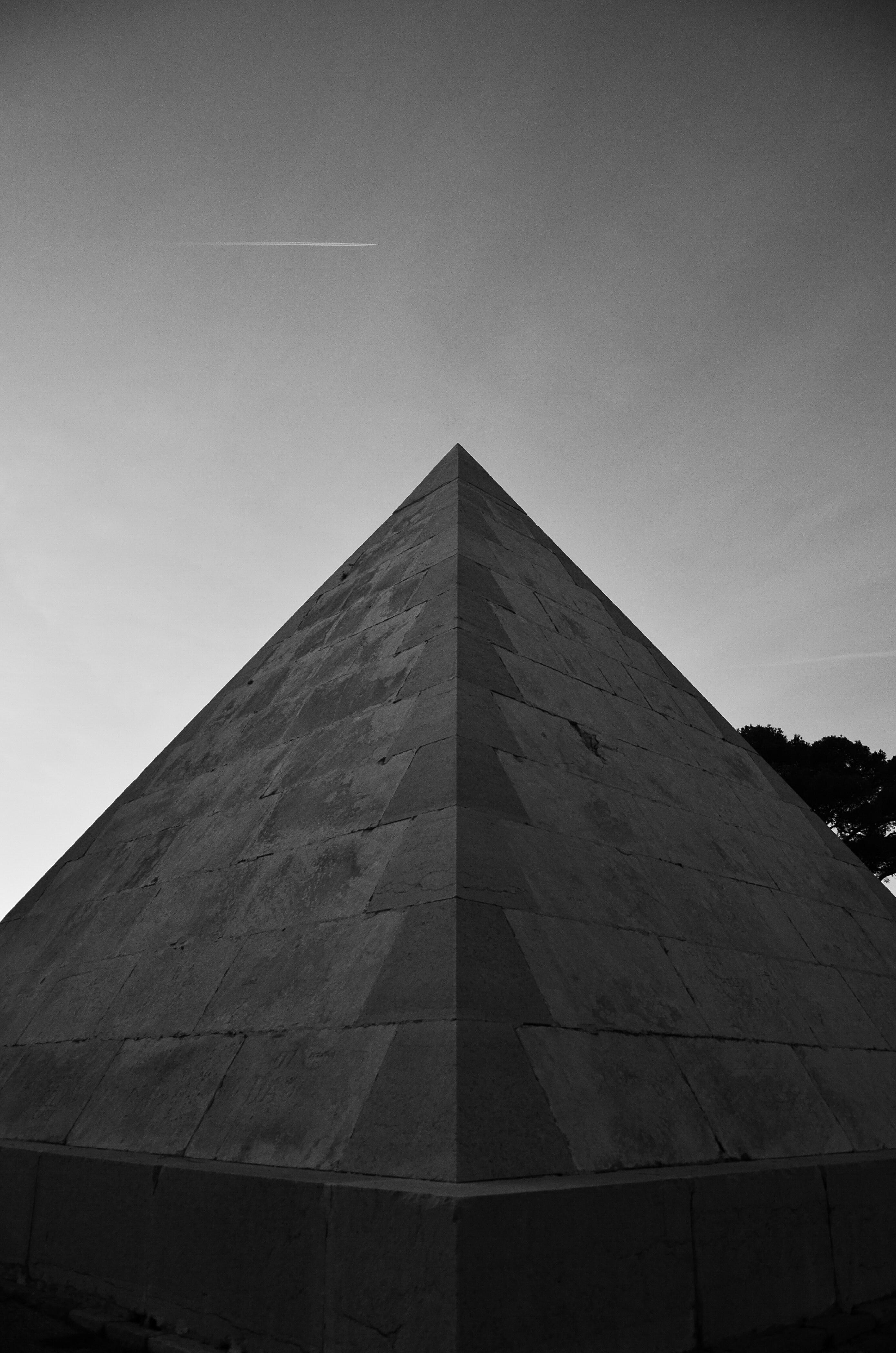 картинка черная пирамида на телефон долгу