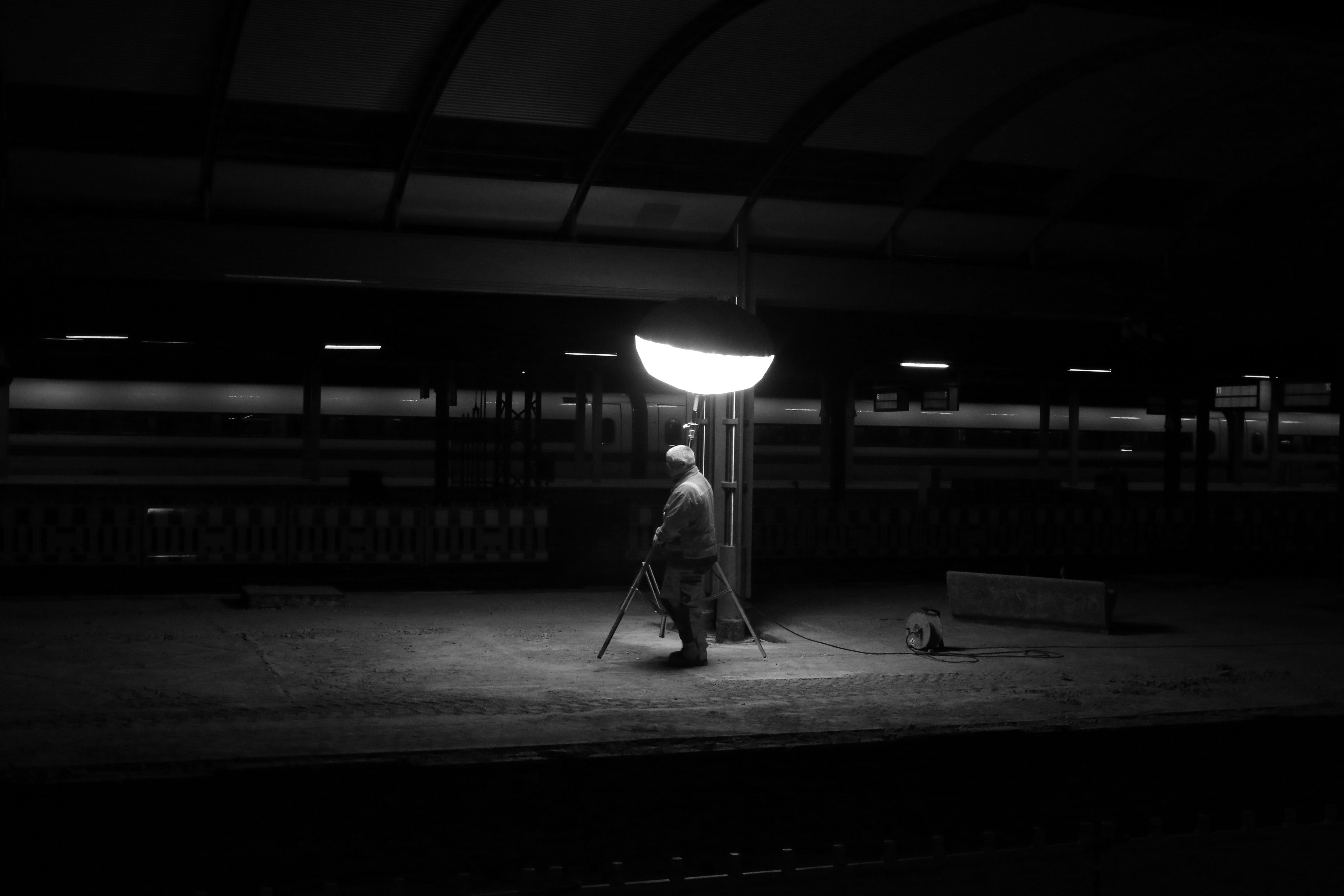 light-black-and-white-railway-white-night-photography-station-darkness-lamp-black-monochrome-lighting-bw-blackandwhite-blackwhite-worker-germany-alemania-allemagne-sw-schwarzweiss-bahnhof-schwarzweis-railwaystation-shape-midnight-frankfurtmain-frankfurtammain-germania-lampe-frankfurt-schwarzweissfotografie-hauptbahnhof-schwarzweisfotografie-centralstation-arbeiter-mainstation-frankfurthauptbahnhof-mitternacht-monochrome-photography-film-noir-240993 Spannende Lampen Frankfurt Am Main Dekorationen