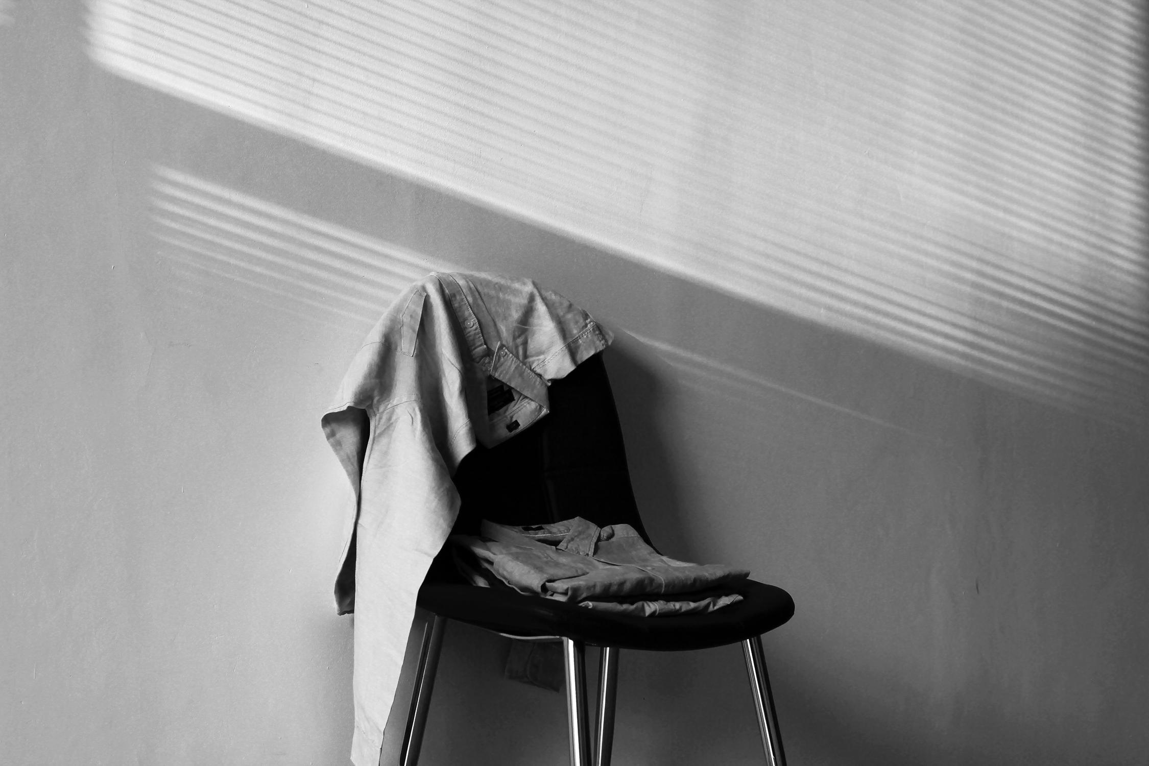 Одежда на стуле картинки