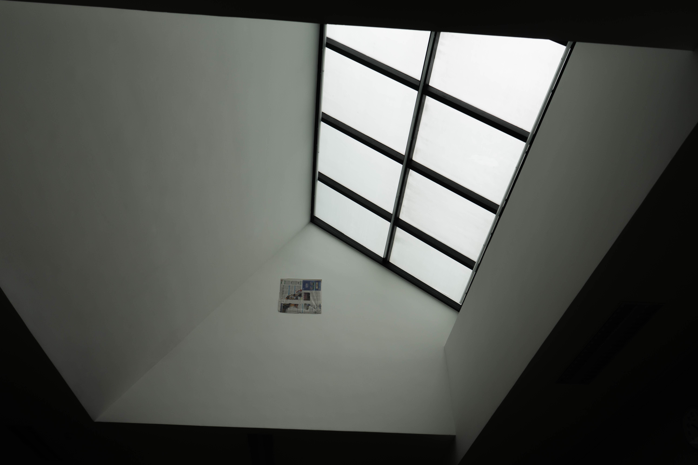 무료 이미지 빛 검정색과 흰색 화이트 창문 유리 건물 벽 천장 실내의 검은 조명