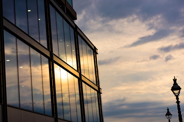 есть картинки окон в зданиях выполнены