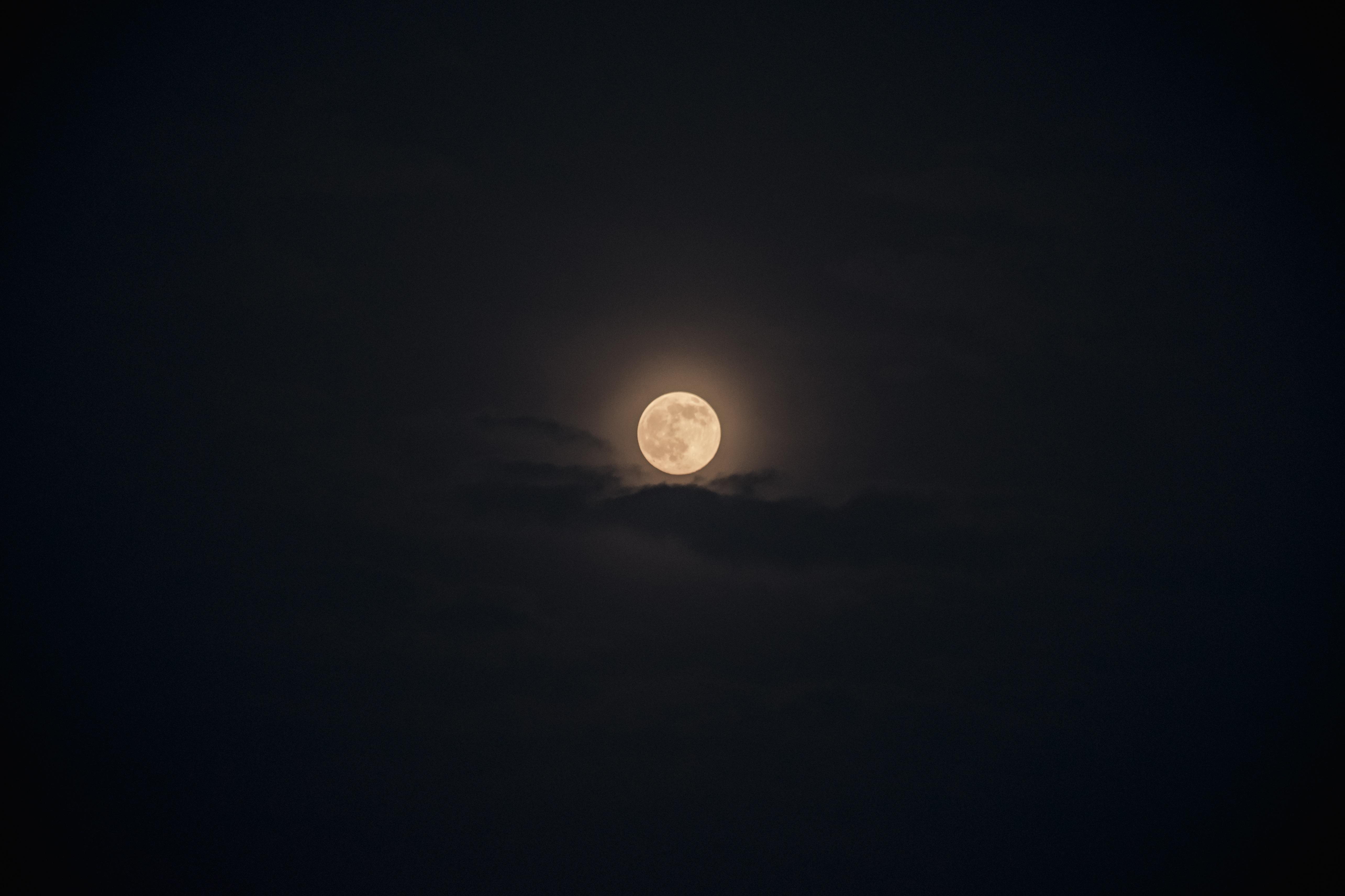 Gambar cahaya awan langit putih suasana gelap teleskop
