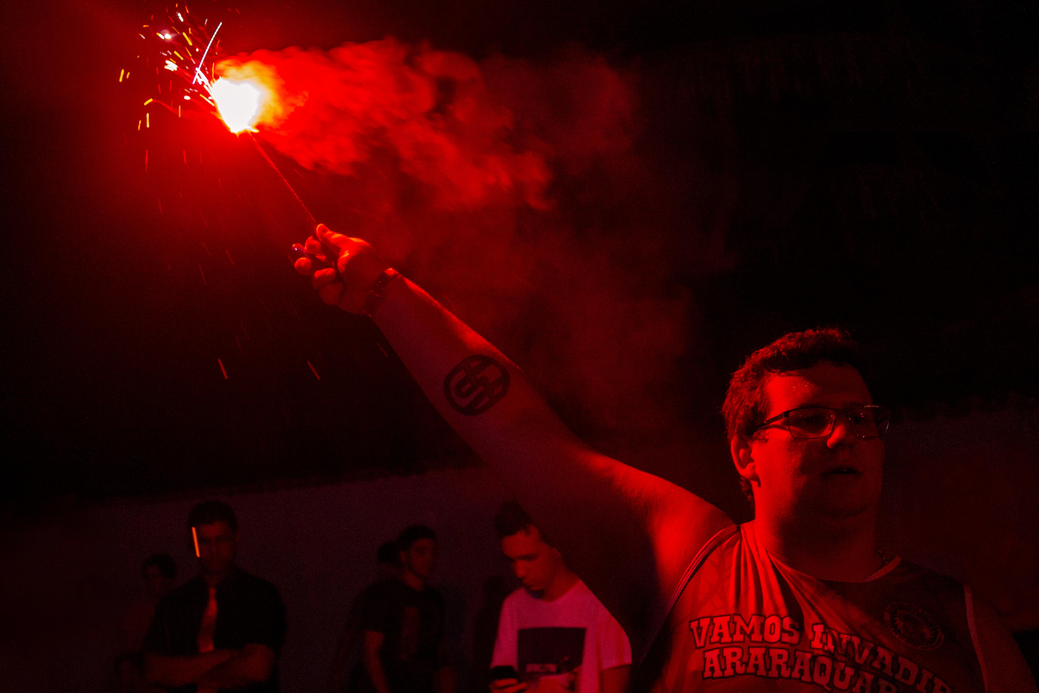 Fotos Gratis Ligero Fuegos Artificiales Contraste Rojo
