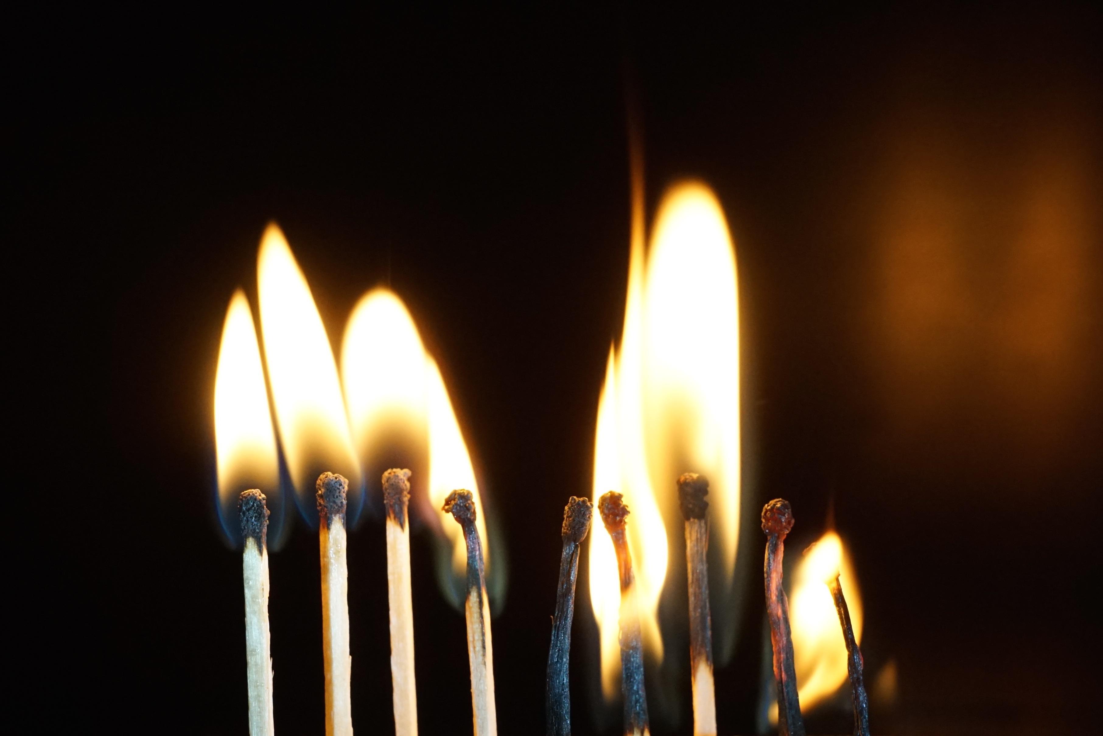 Fotos gratis : ligero, llama, fuego, oscuridad, vela, iluminación ...