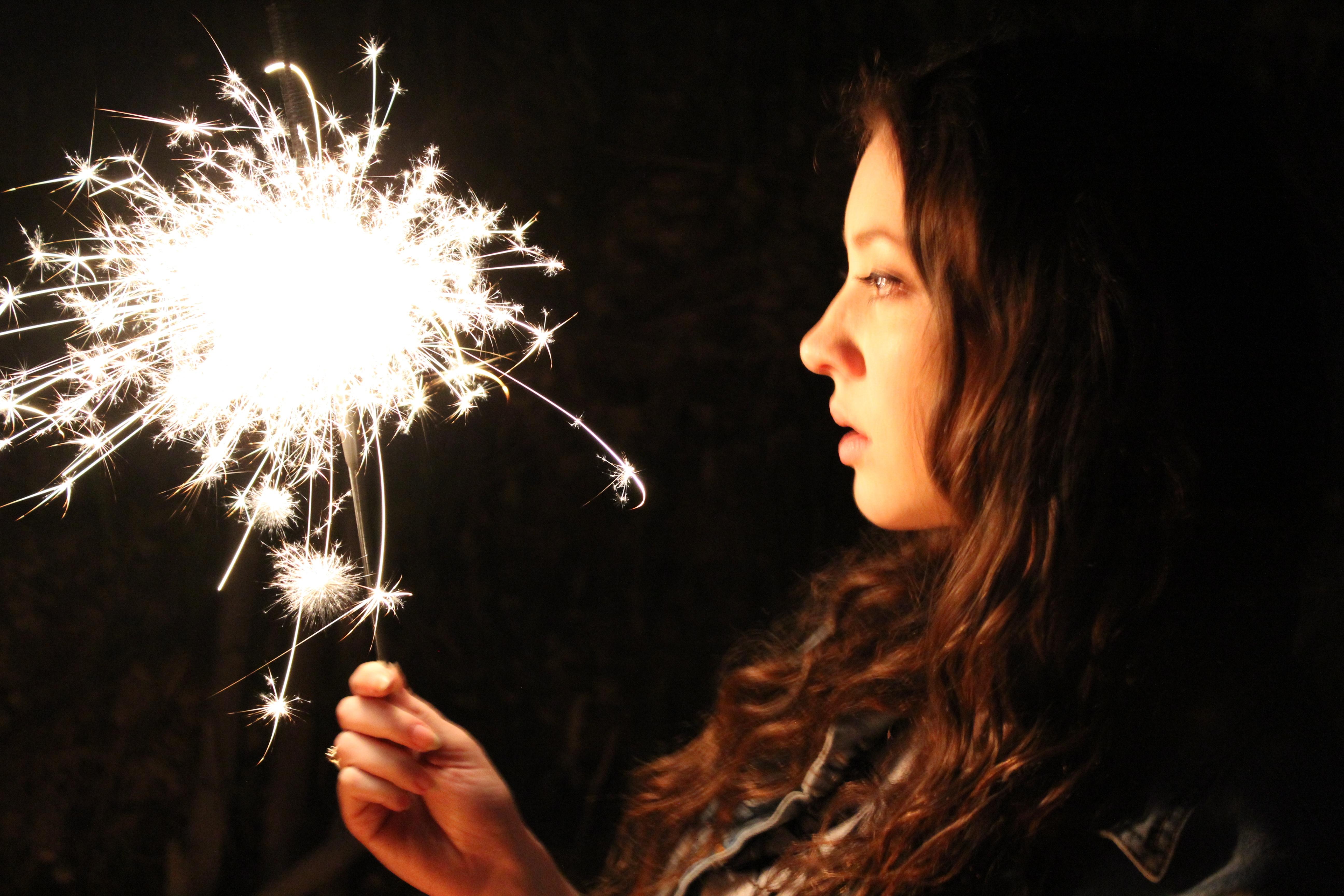 Девушка с бенгальскими огнями фото