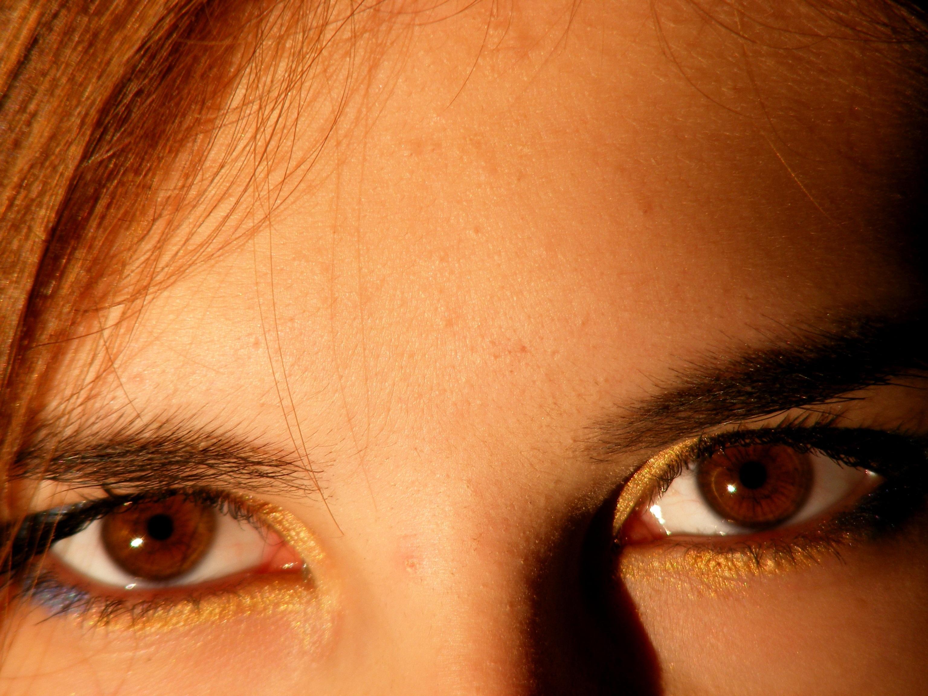 На фотографии отбелить белок глаза