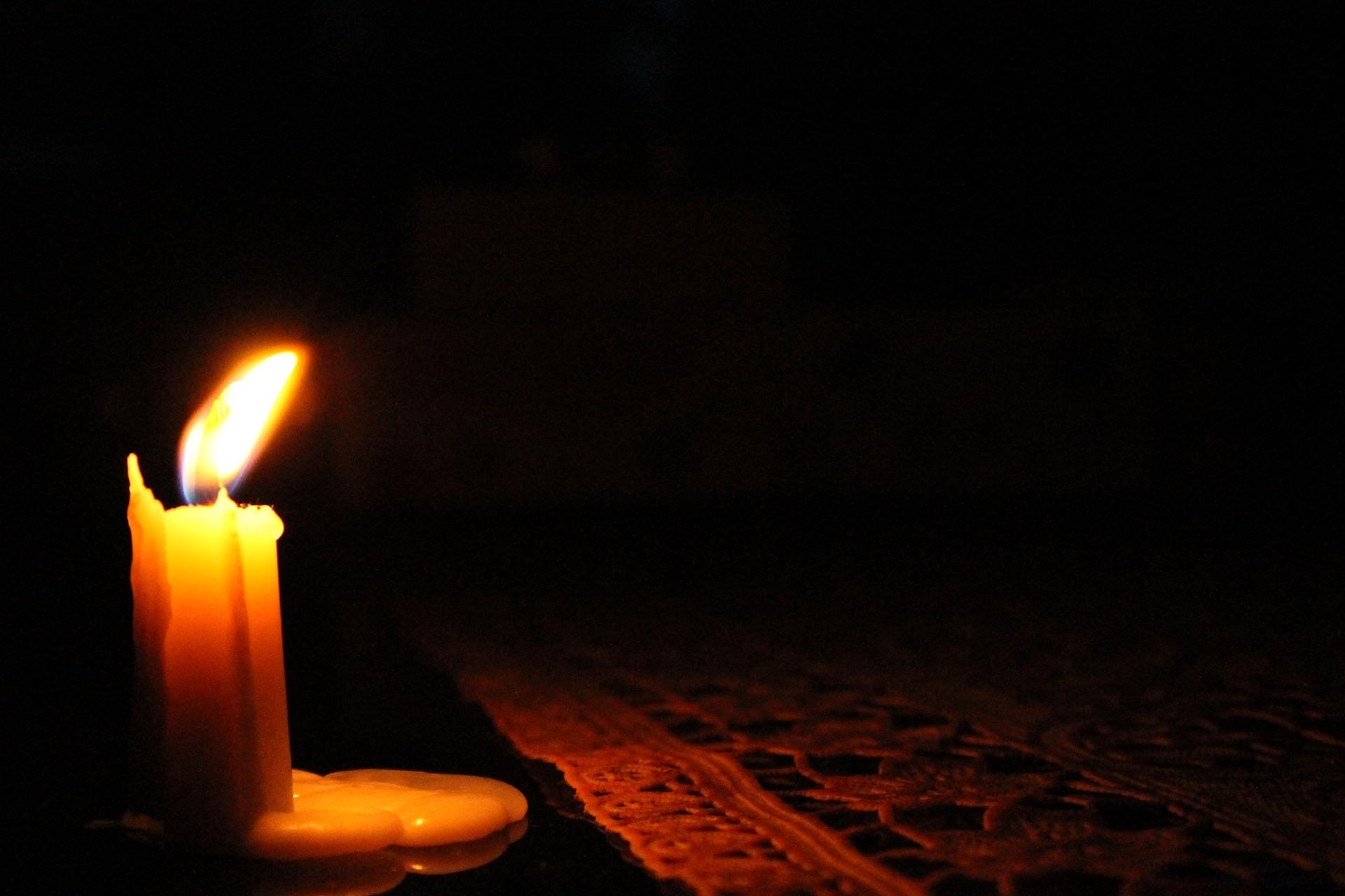обрабатывается картинка свеча горящая ночью позаимствовал фото