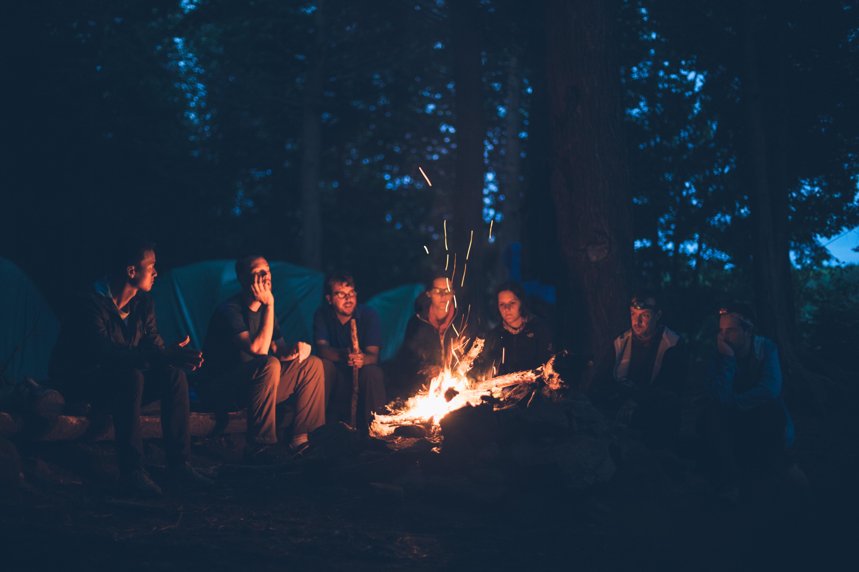 Fotograf Isik Grup Gece Oturma Ates Karanlik Kamp Yapmak