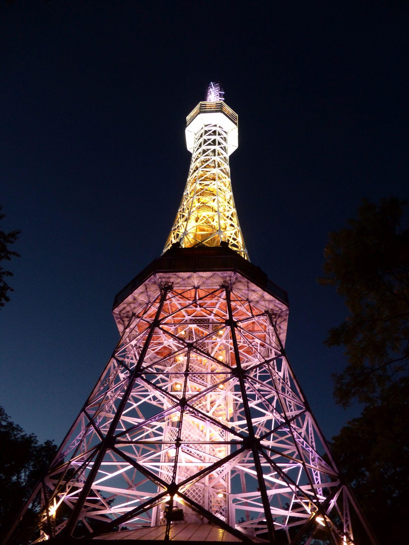 hình ảnh : ánh sáng, đêm, tối, Mốc, Prague, thắp sáng, Ngọn lửa, Tháp chuông, Mái vòm, Tháp Eiffel Tower, Pet n hill 1836x2448