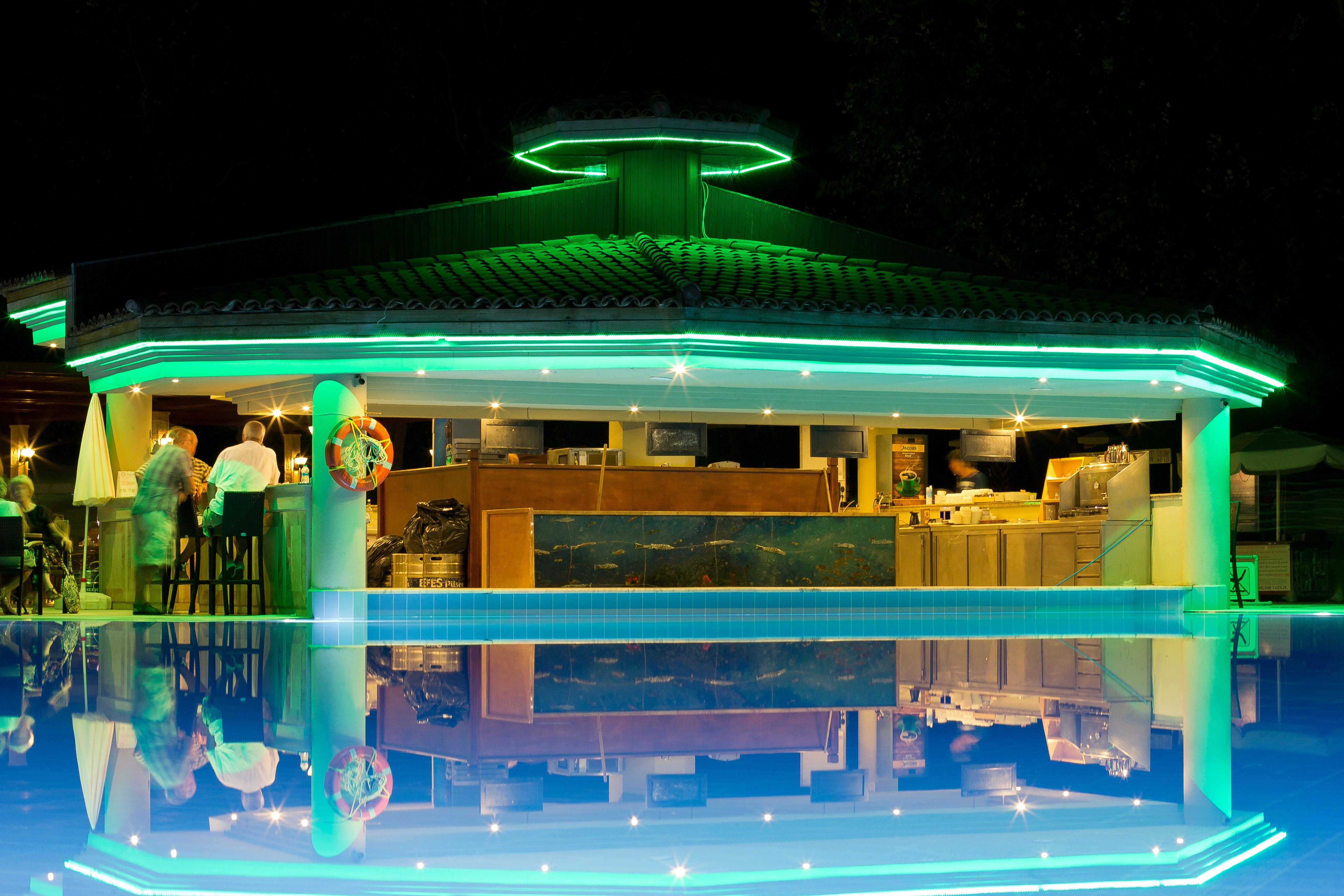 Gratis Afbeeldingen : licht, nacht, zwembad, bar, verlichting, hotel ...