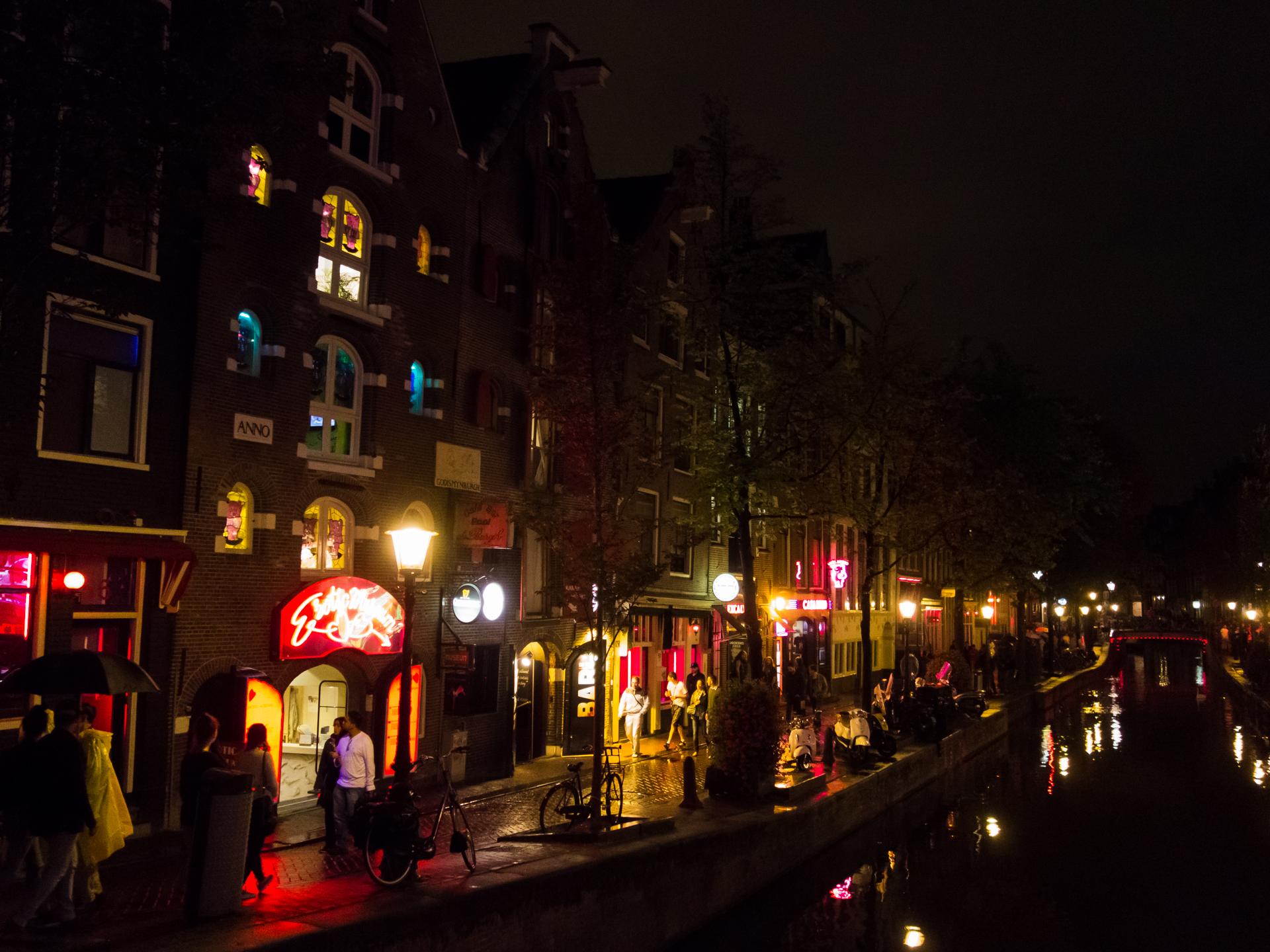 https://get.pxhere.com/photo/light-road-street-night-city-cityscape-downtown-dusk-evening-darkness-lighting-amsterdam-paysbas-metropolis-hollandeseptentrionale-urban-area-human-settlement-417272.jpg