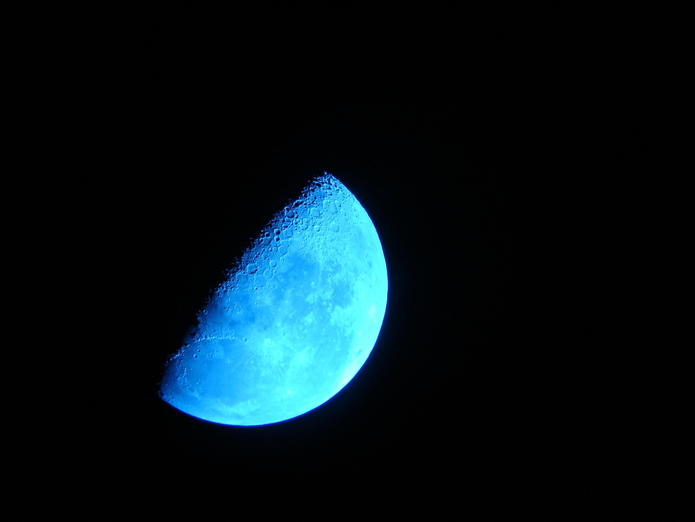 Gambar Cahaya Biru Langit Malam Dekat Lingkaran Permukaan