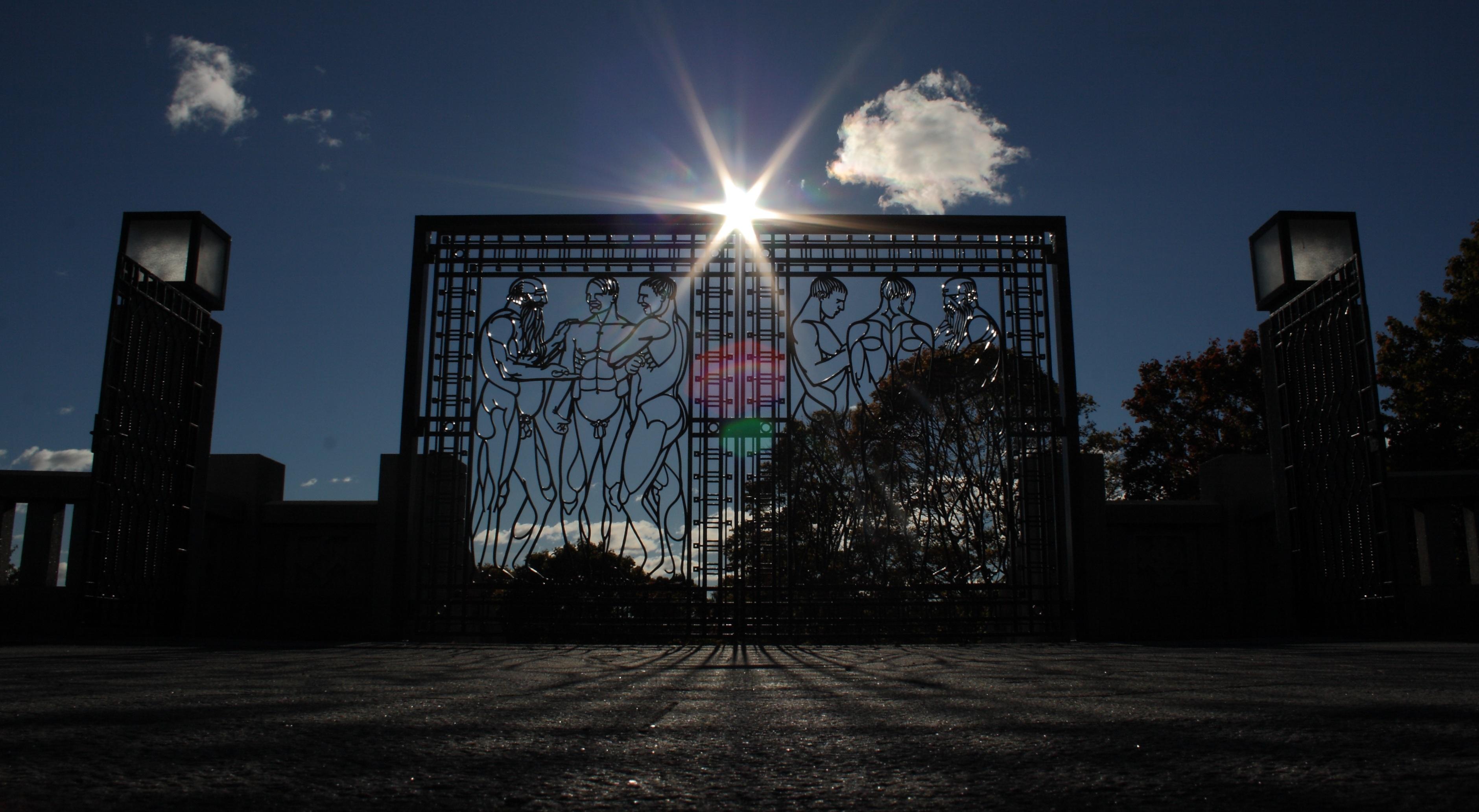 Puertas de entrada al parque de hierro forjado con hombres desnudos
