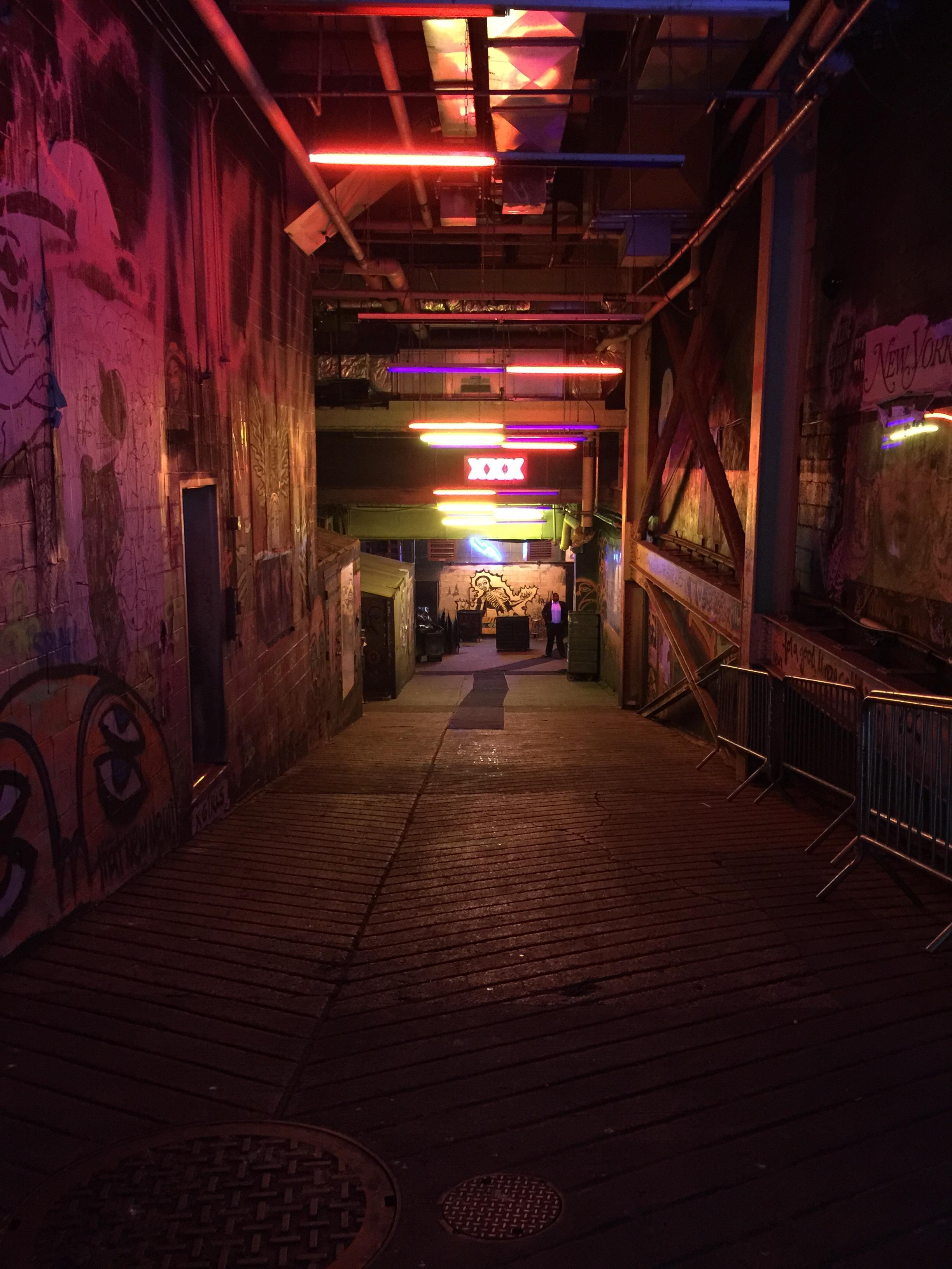Fotos gratis : ligero, calle, noche, callejón, color
