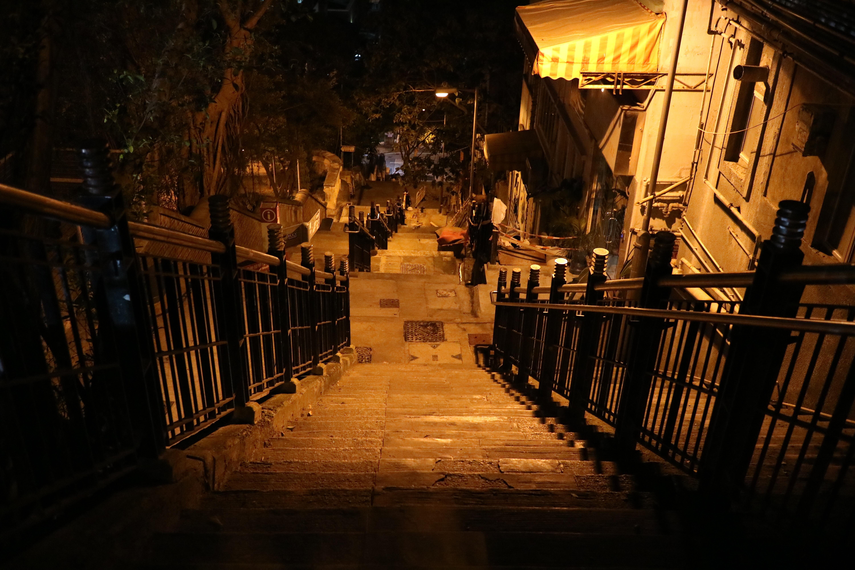 Gratis Afbeeldingen : licht, straat, nacht, zonlicht, steeg, avond ...