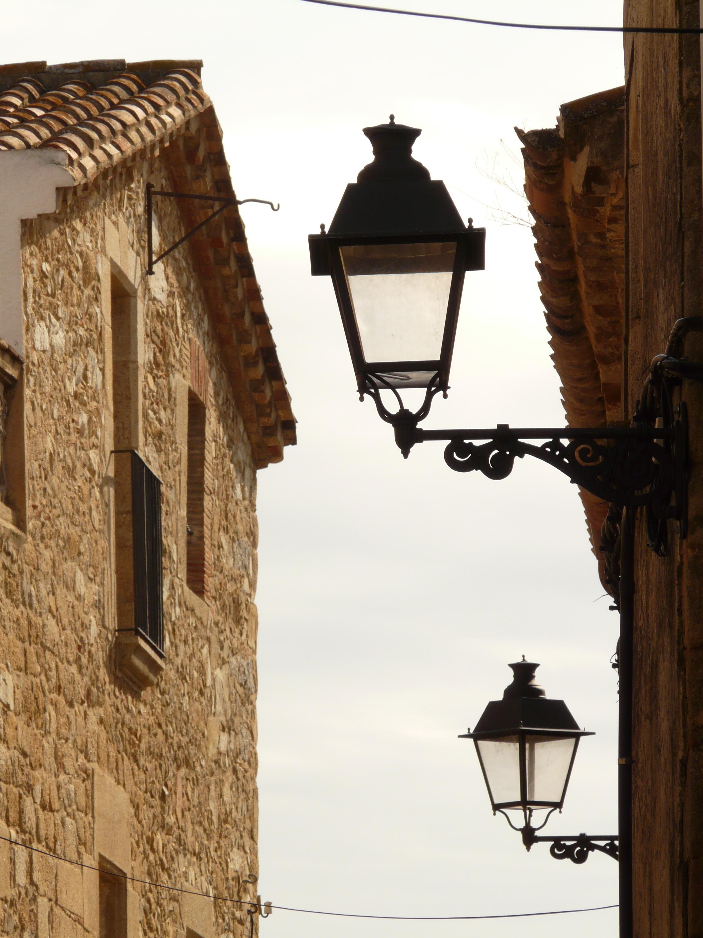 Lumière bois route maison fenêtre ruelle ville mur pierre village vivre éclairage public éclairage maisons luminaire