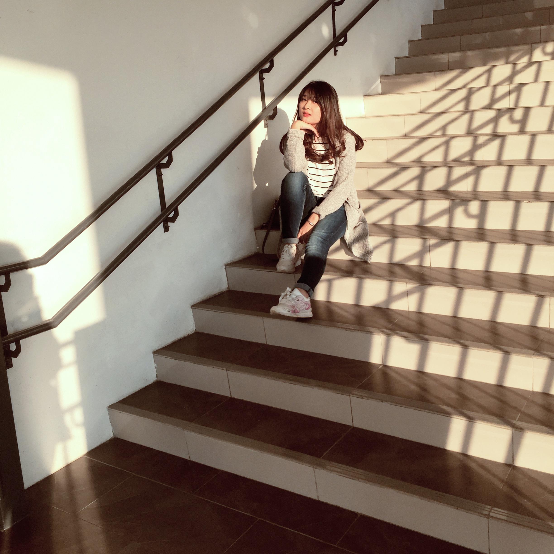 Девушка на лестницы
