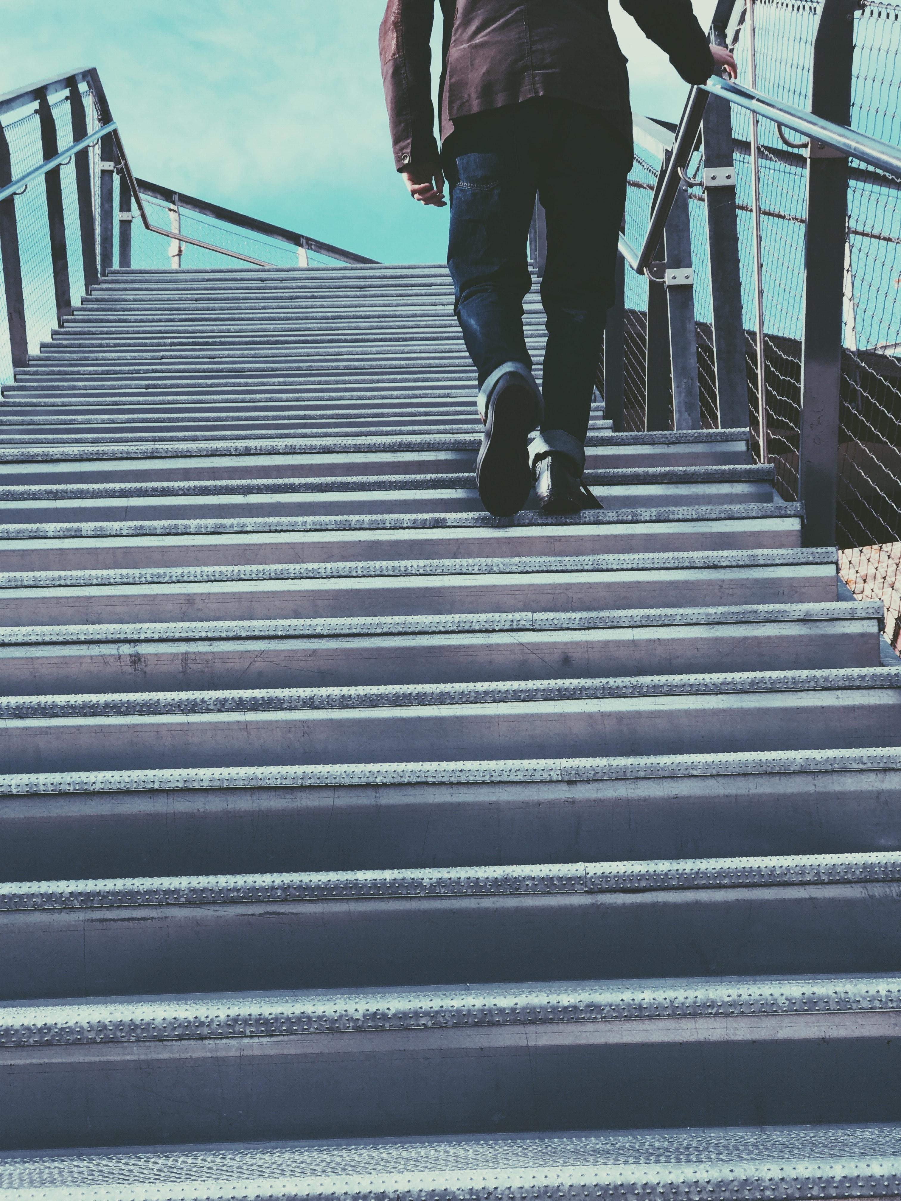 Картинки человек идет по лестнице