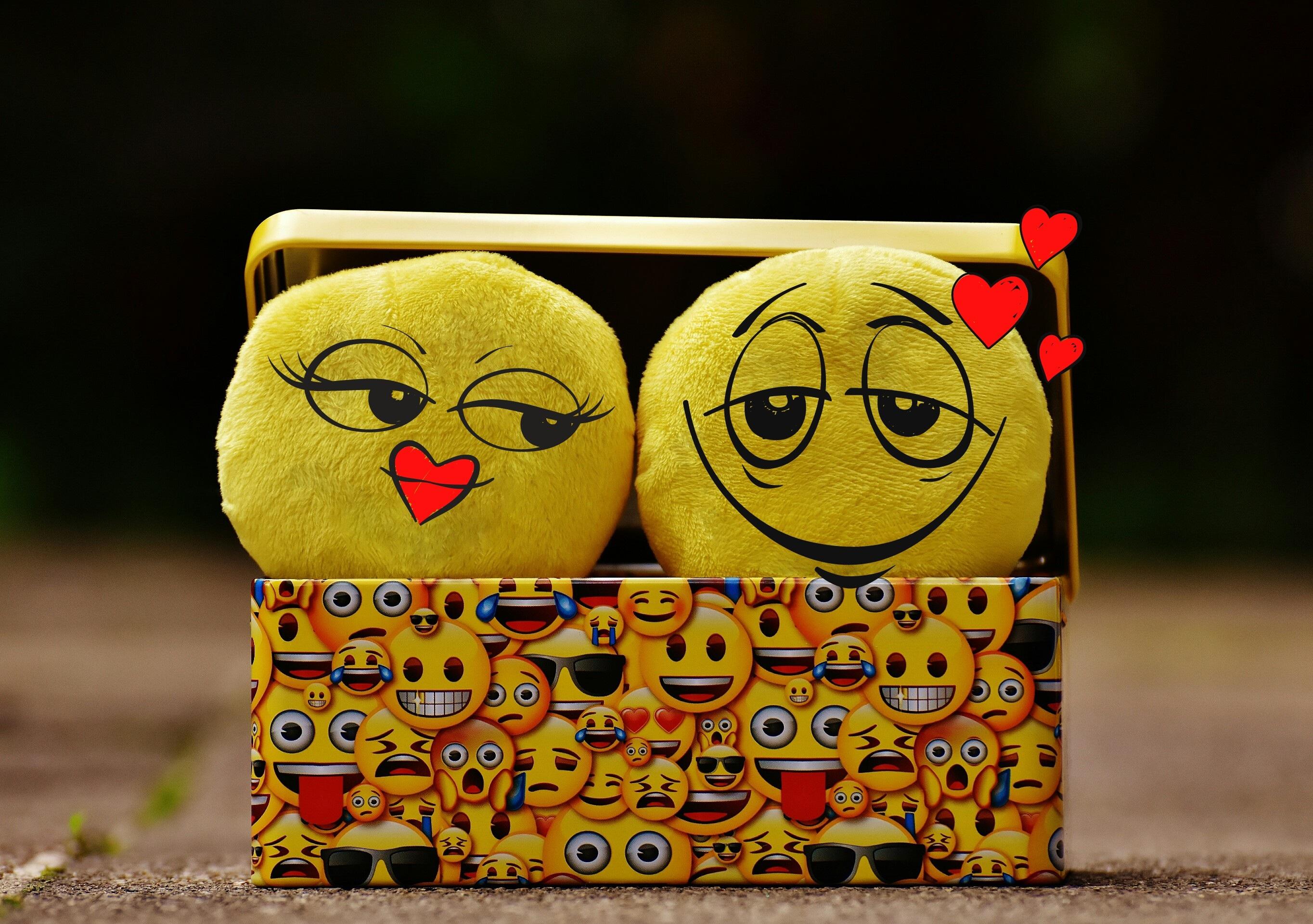Gambar Cinta Percintaan Kuning Bersama Mainan Kasih