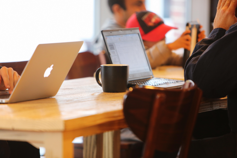 Immagini belle : macbook mobile lavoro tavolo bar caffè
