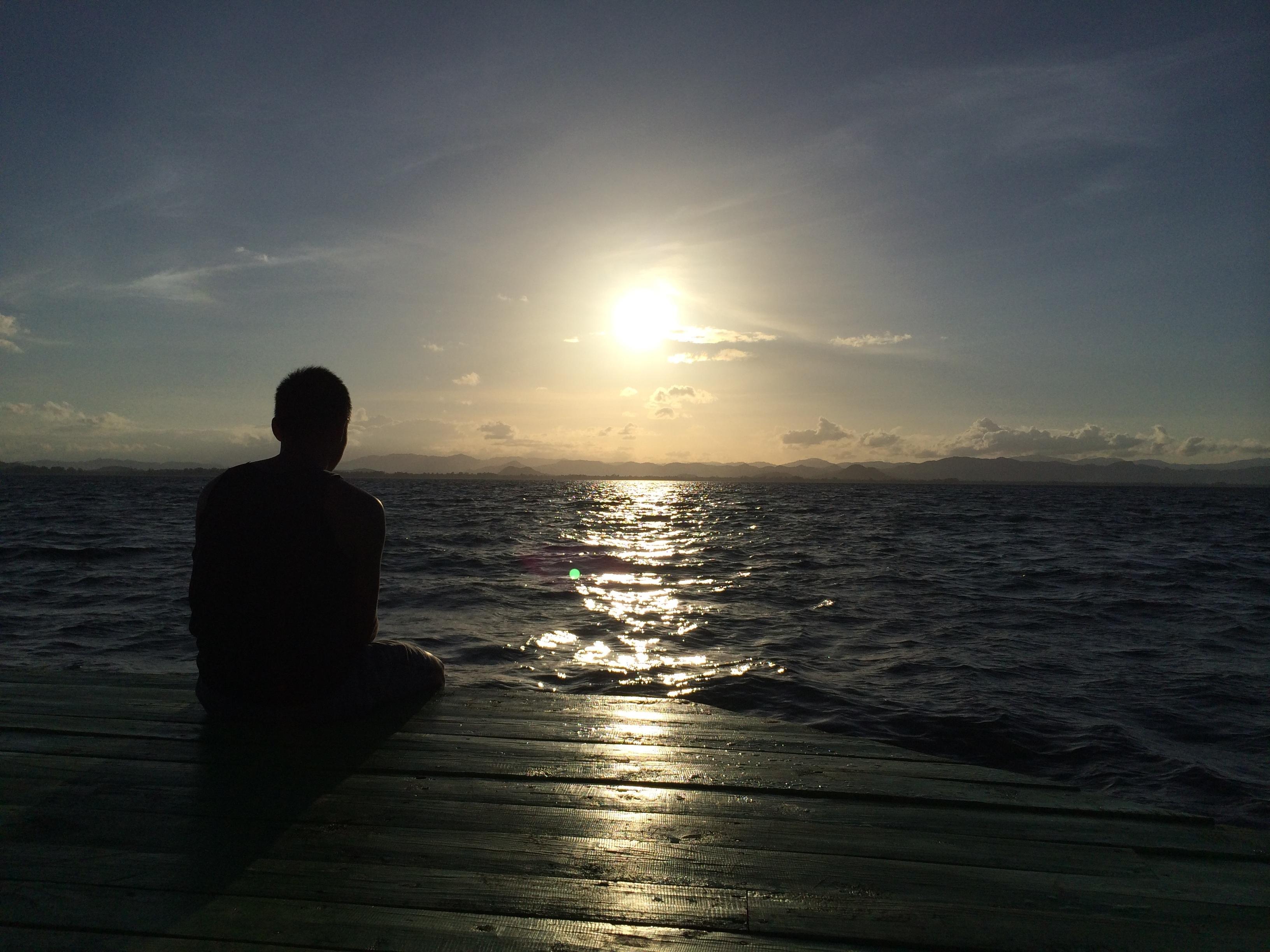 картинки парень сидит один на берегу моря среднепоздний подходит для