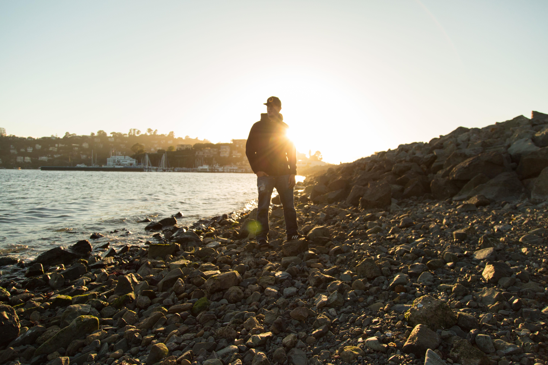 Gratis afbeeldingen man strand zee kust zand rots oceaan