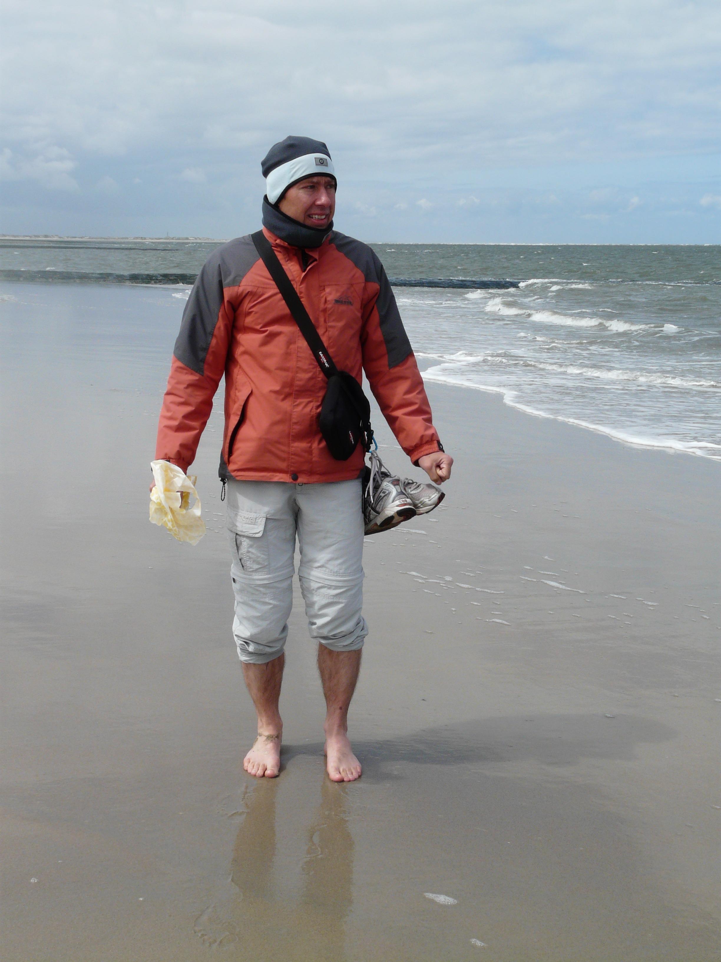 images gratuites homme c te eau le sable oc an la personne du froid rive vague. Black Bedroom Furniture Sets. Home Design Ideas