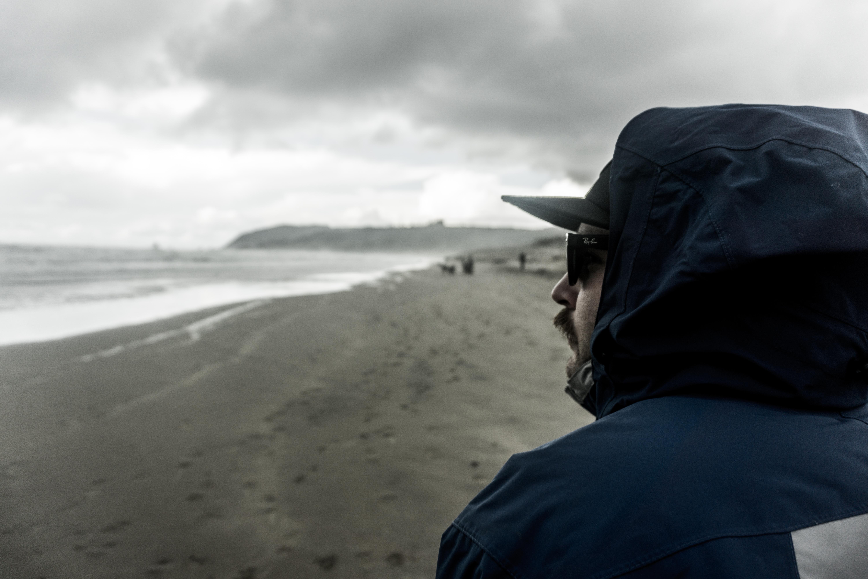 картинка парень у моря в капюшоне вазы один