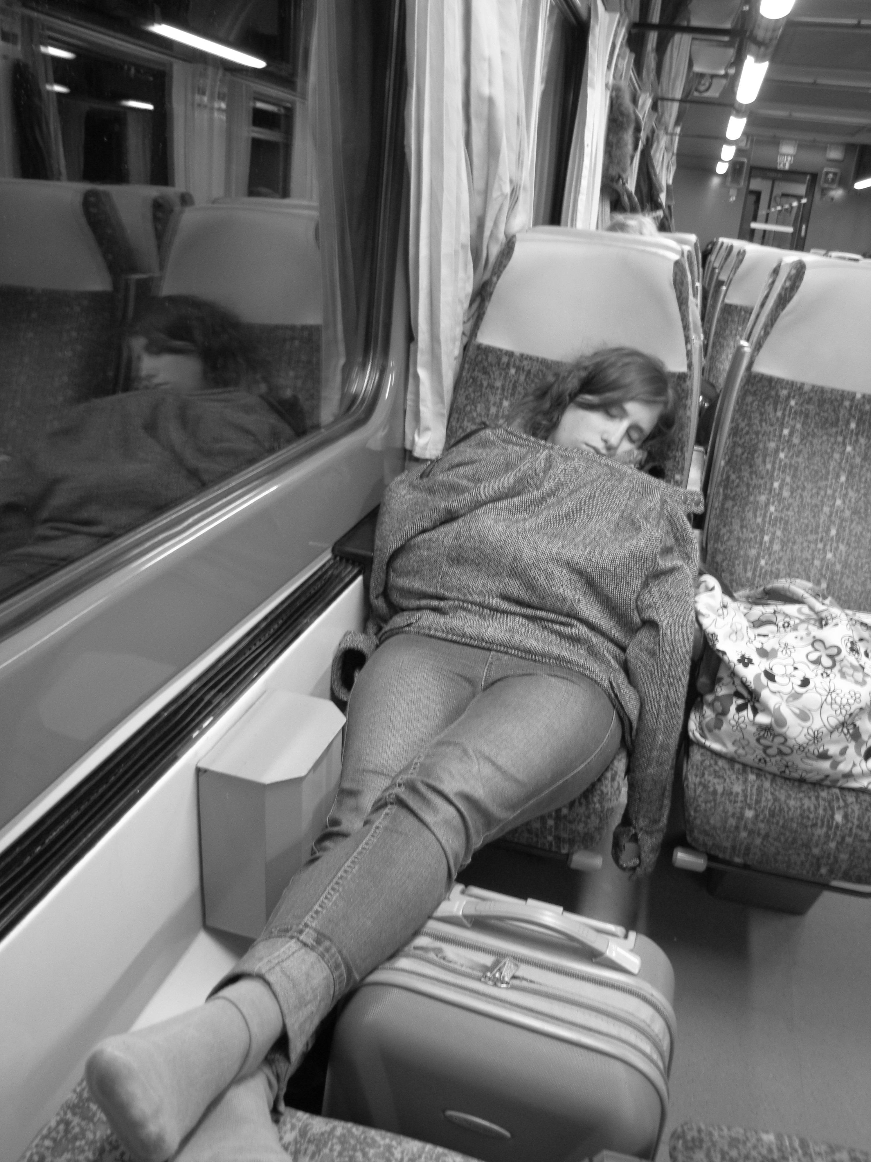 Фотографии спящих людей в поездах афганский