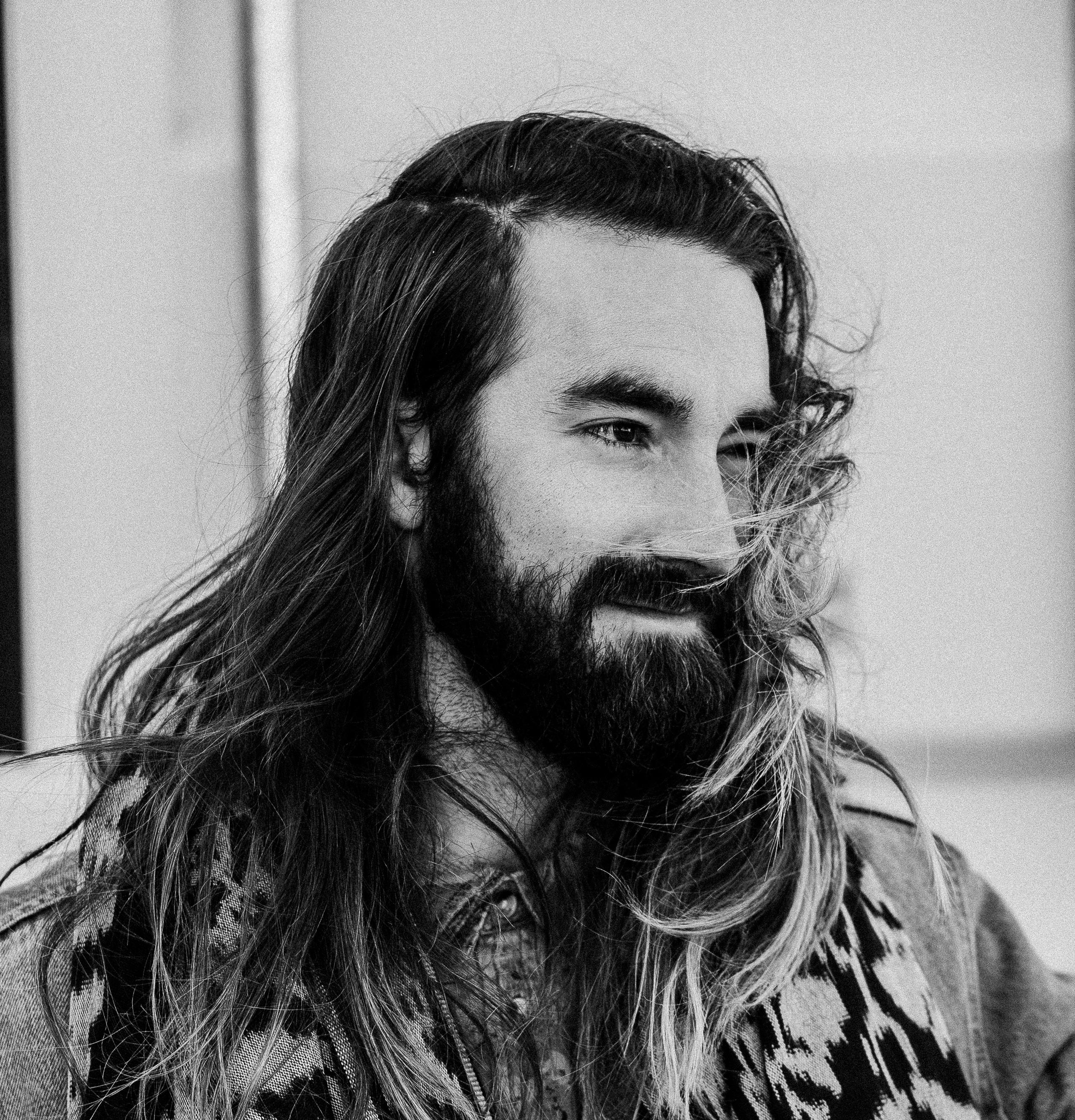 homme noir et blanc cheveux mâle gars portrait Monochrome Coiffure barbe  cheveux longs esquisser dessin moustache