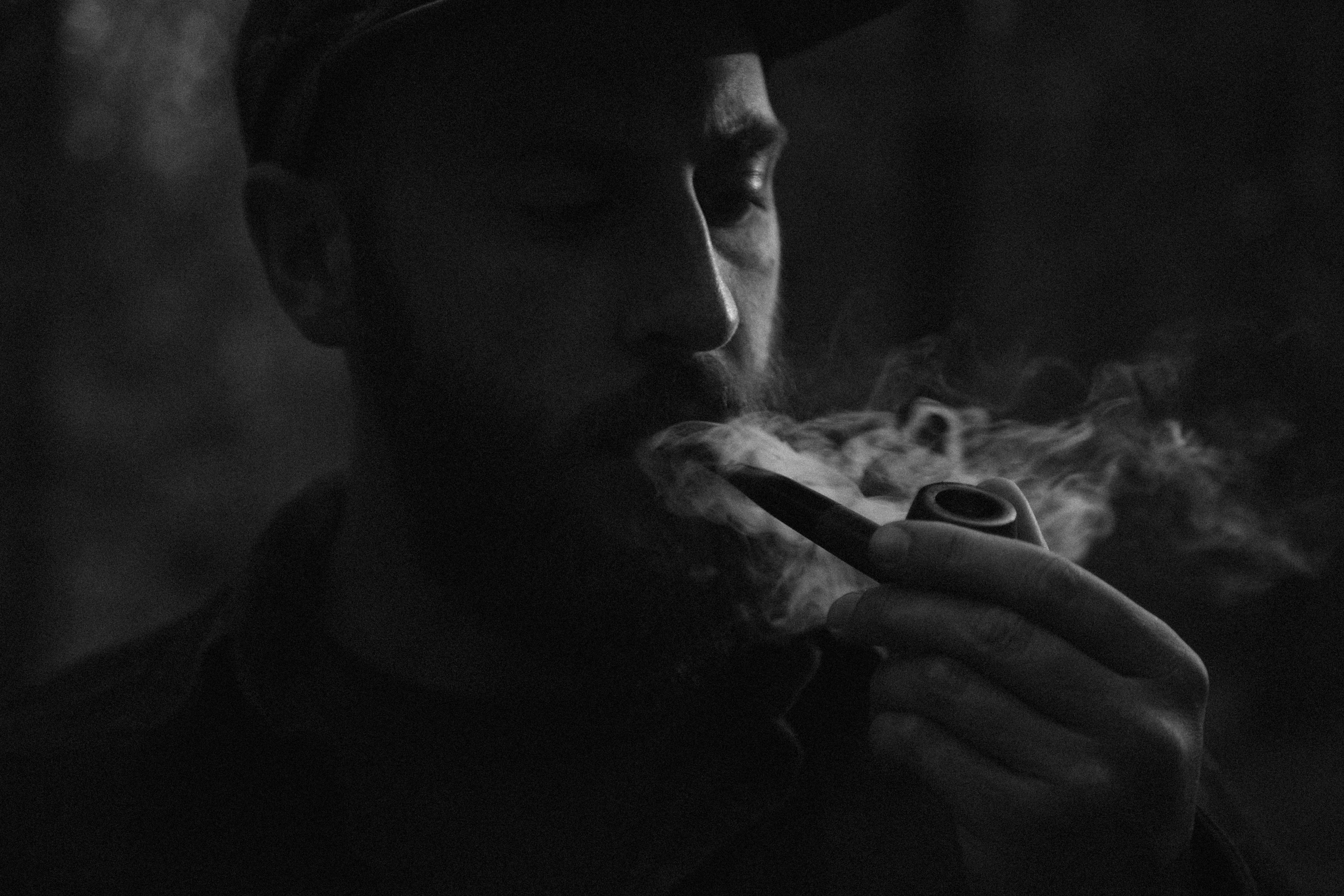 парень курит фото картинка