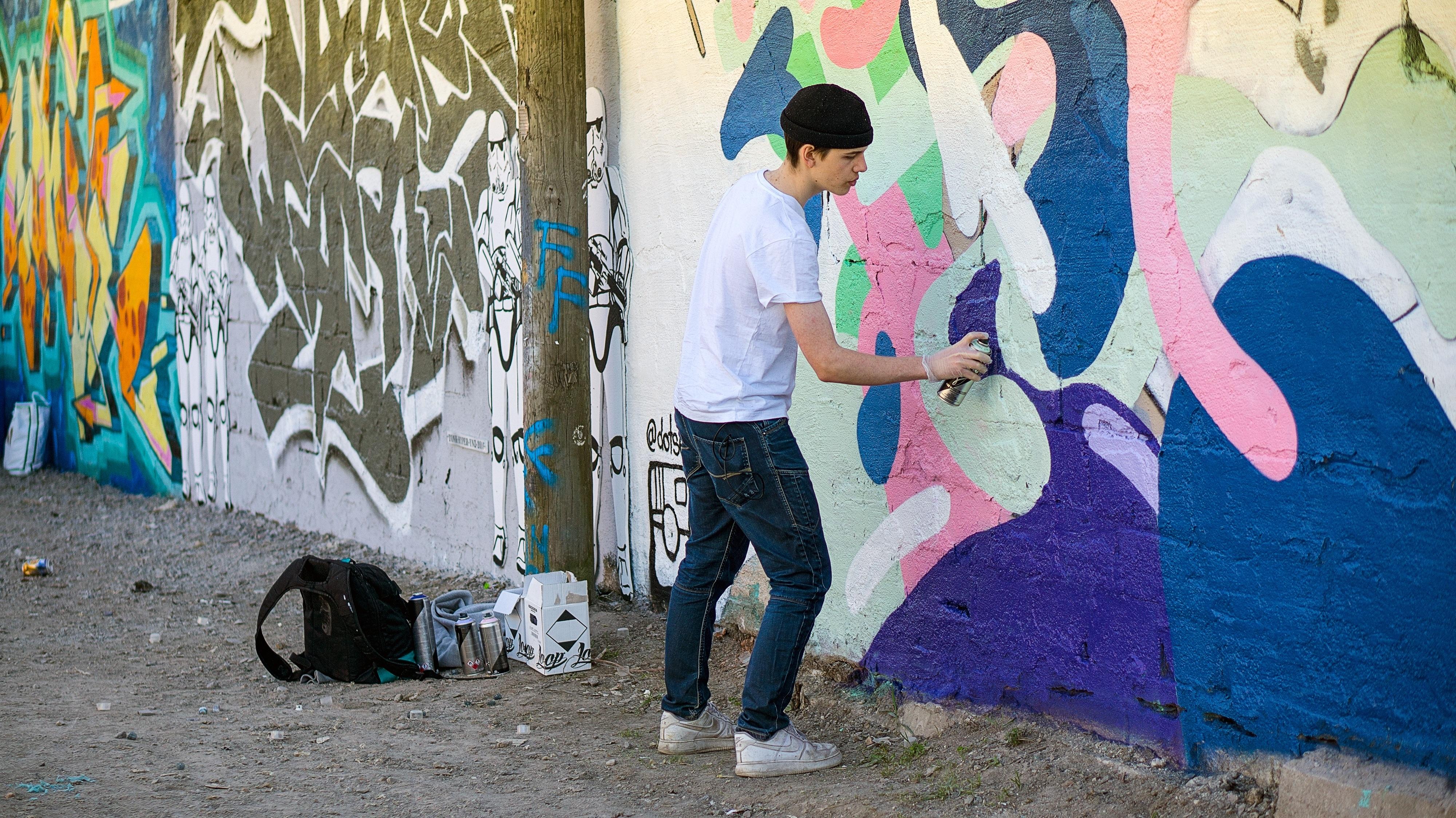 Fotos gratis : hombre, creativo, calle, pared, masculino, chico ...