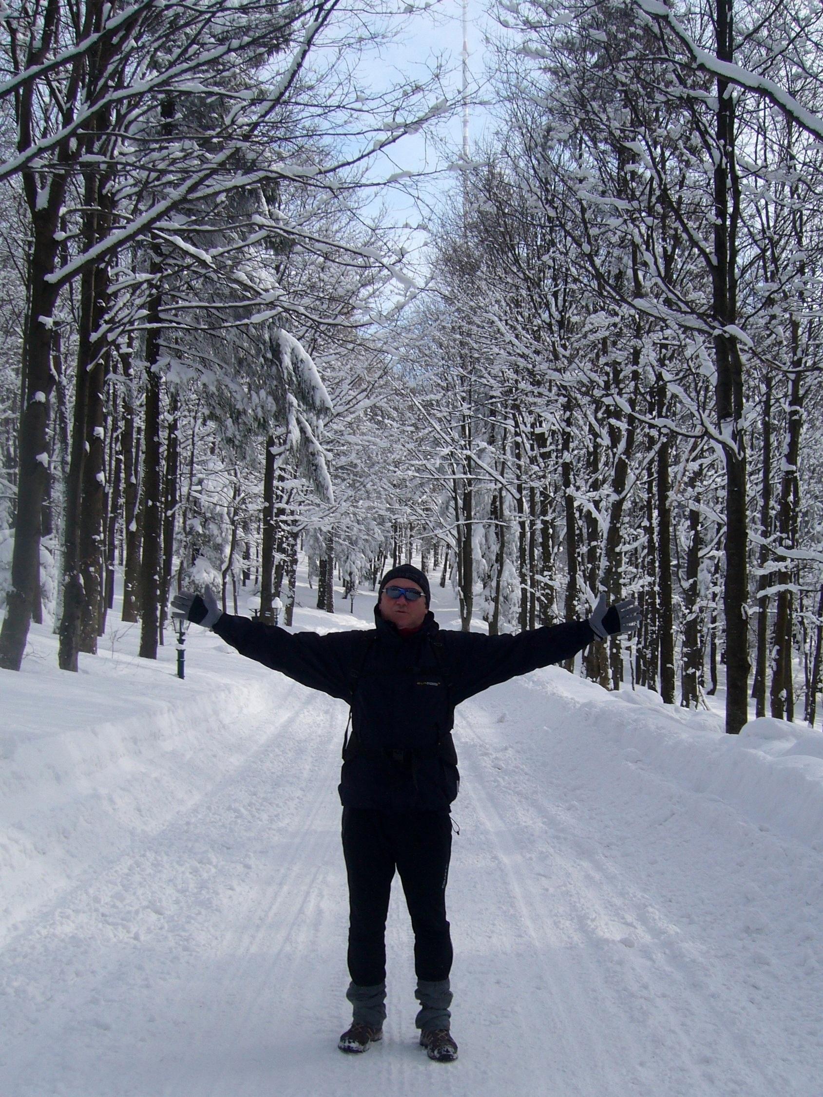Фото мужчина зимой в лесу