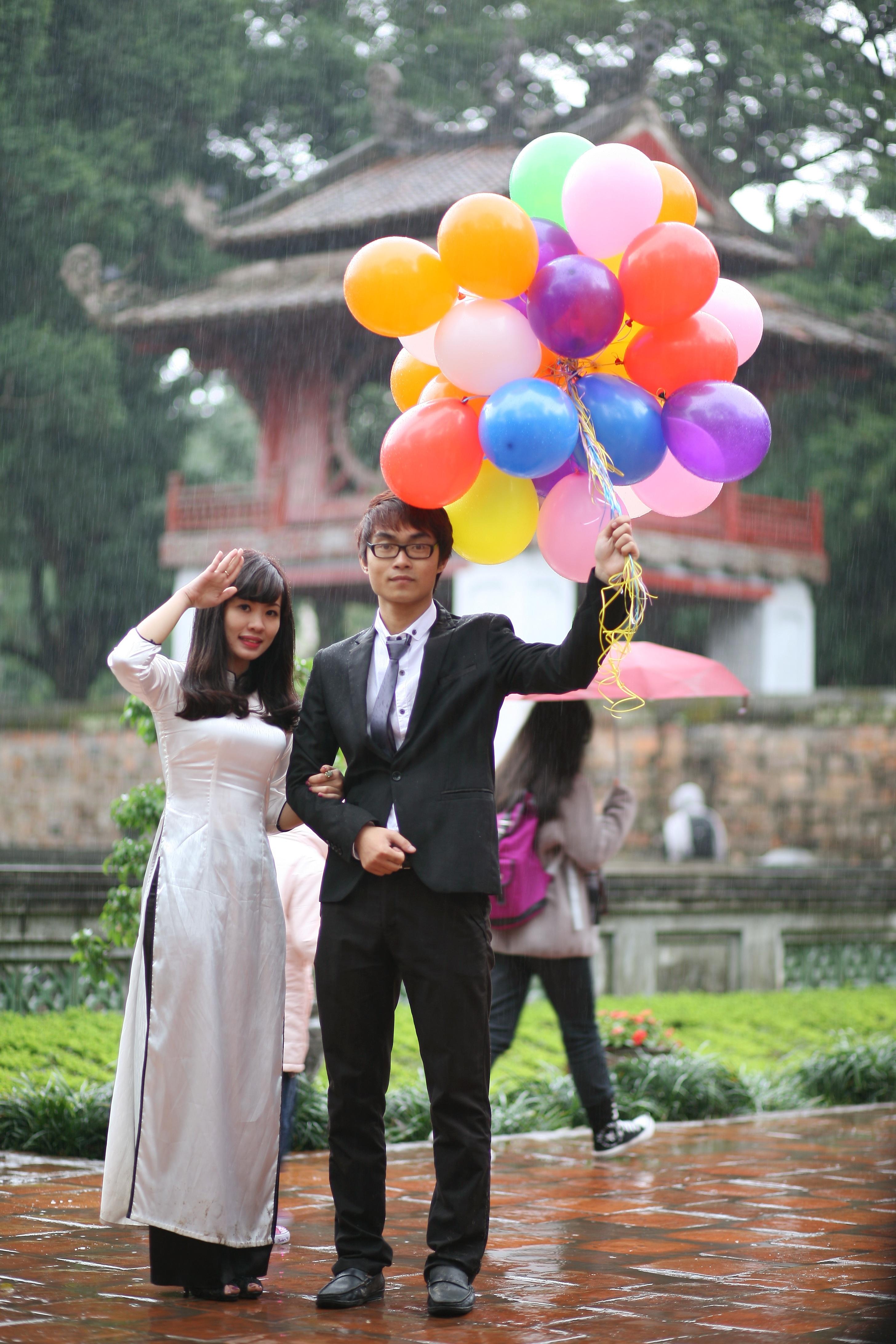 images gratuites homme fille femme pluie fleur gar on asiatique couple asie la mari e. Black Bedroom Furniture Sets. Home Design Ideas