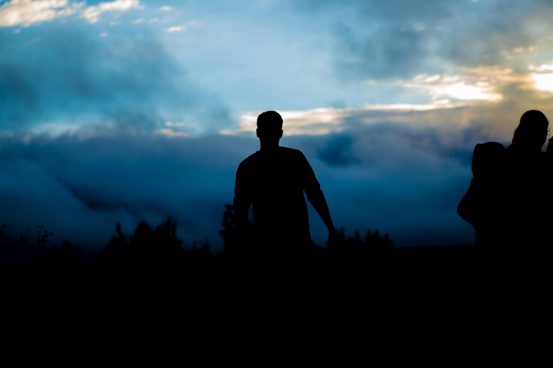 Картинке мужчина в тени