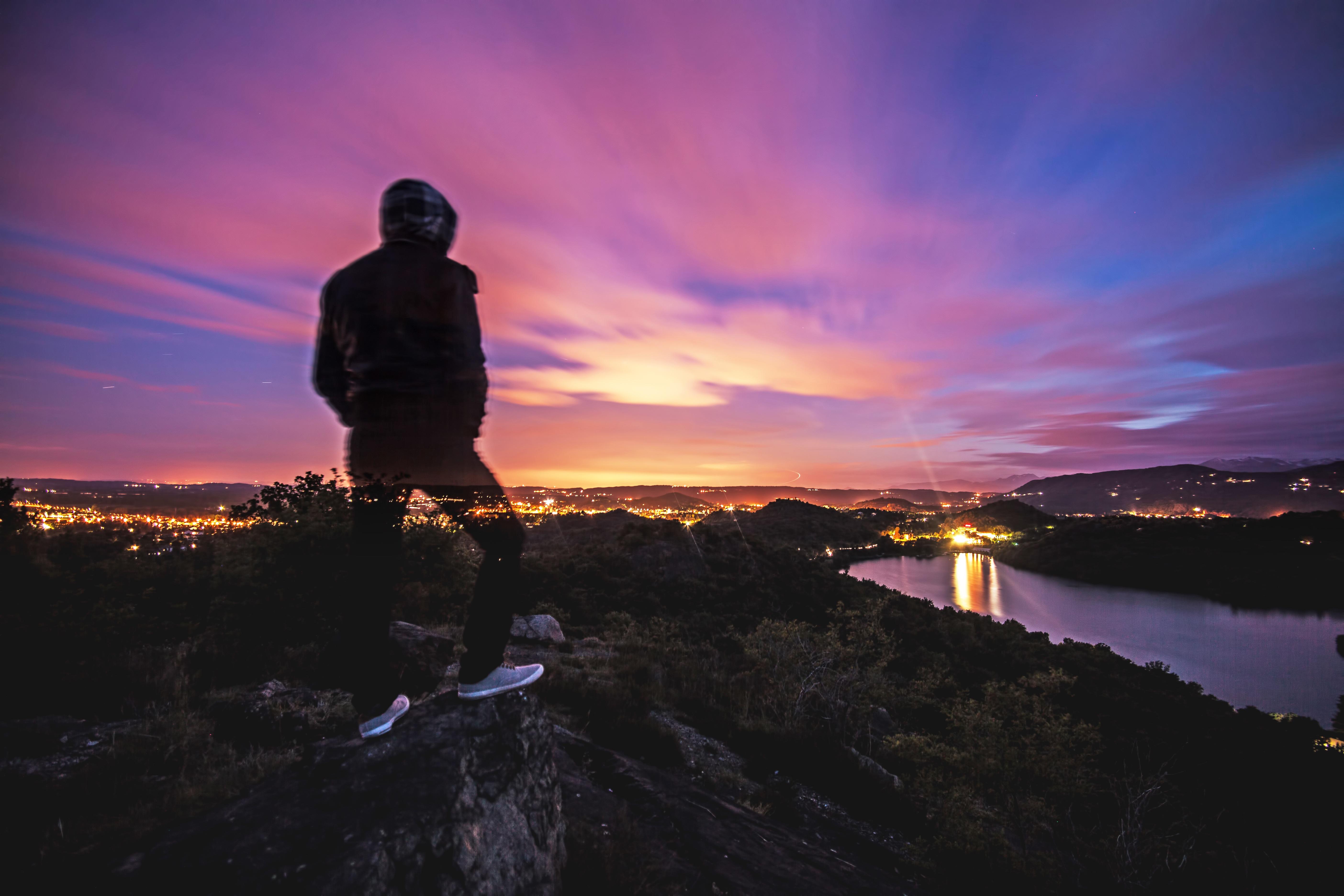 Картинки парень в капюшоне на закате