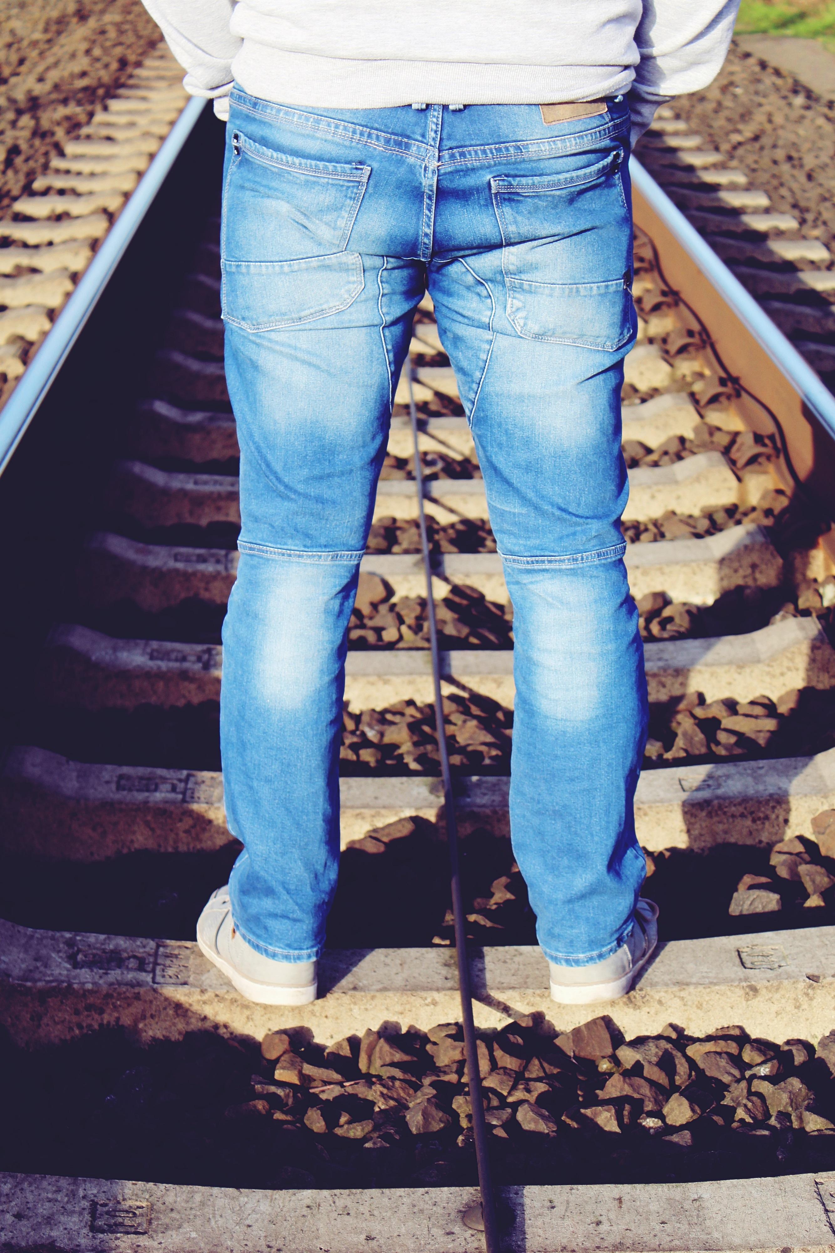 Fotos Gratis Hombre Naturaleza Persona Frio Invierno Sol Carril Solo Pantalones Otono Humano Azul Descanso Ropa Pensativo Solitario Mezclilla Textil Soleado Piernas Espere Silencio 2667x4000 833672 Imagenes Gratis Pxhere