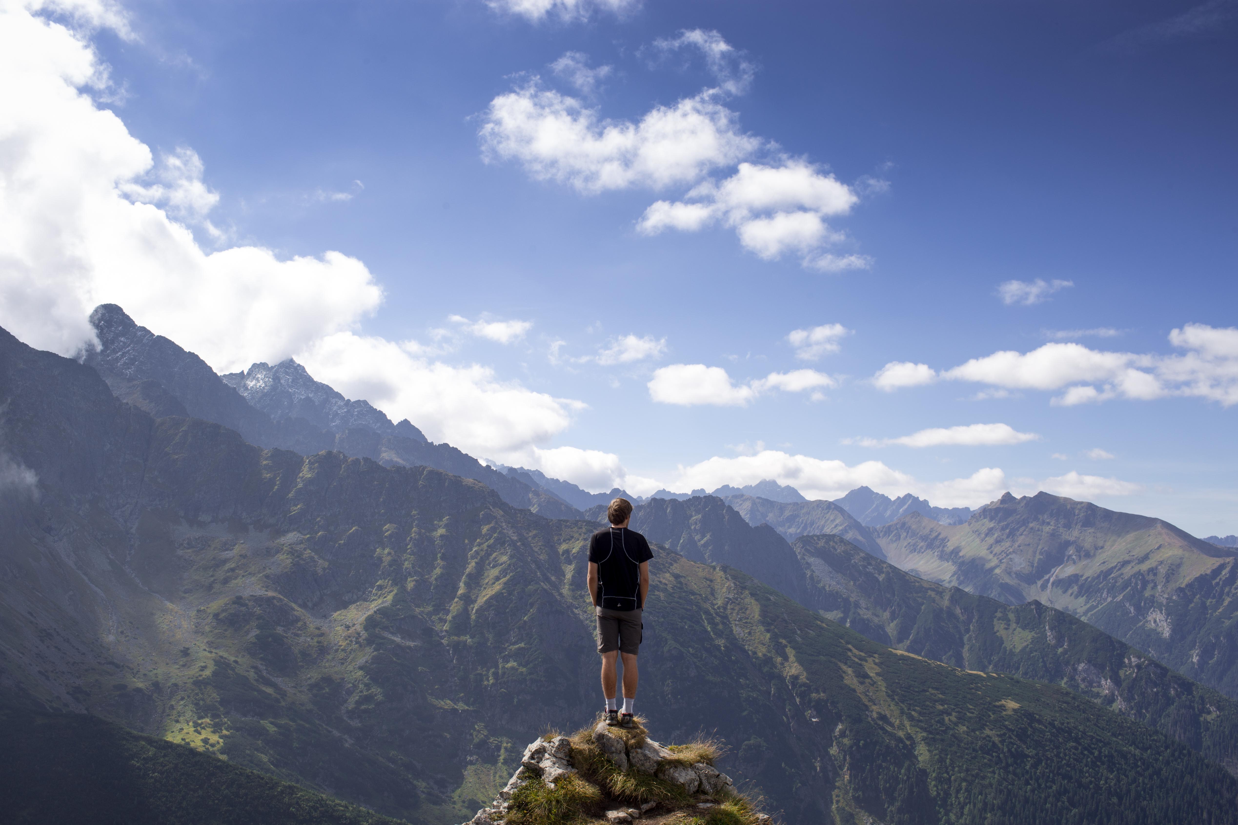 Фотографии человек в горах просто