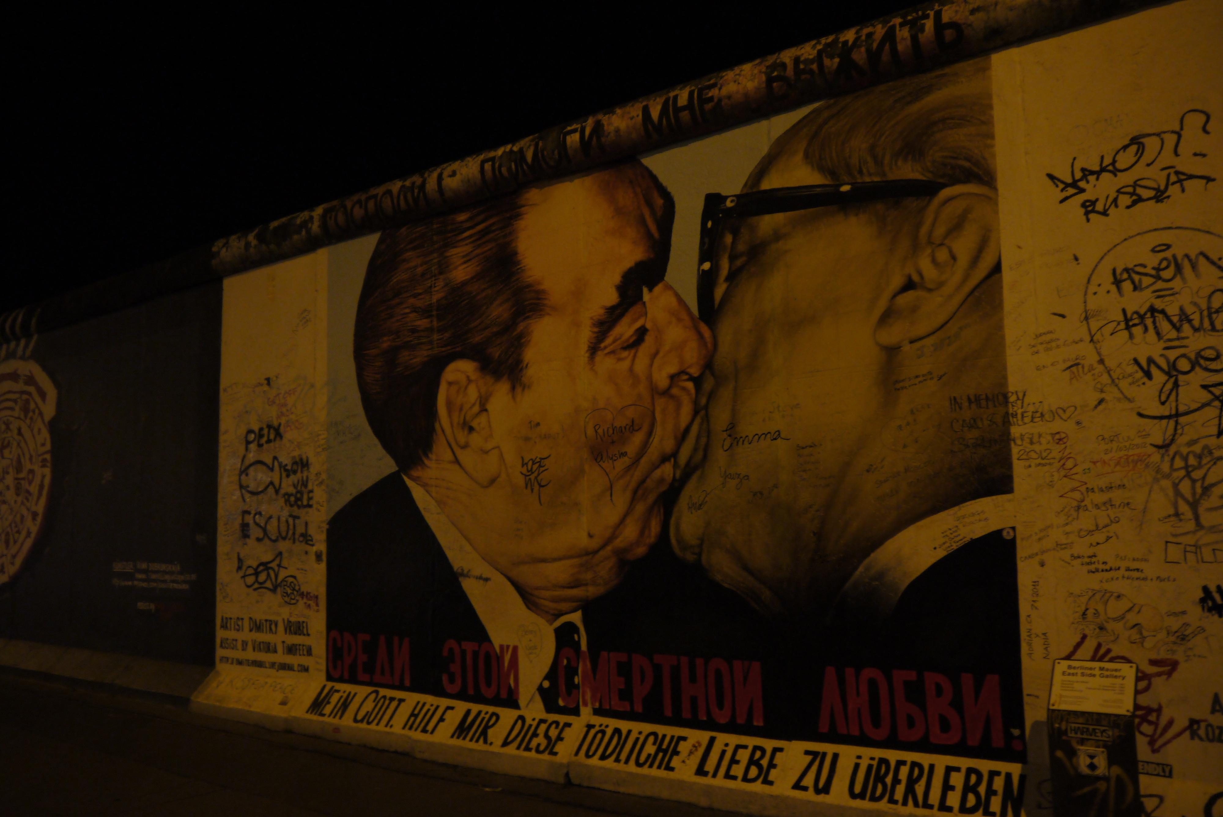 M Ia Malam Dinding Iklan Artistik Ciuman Coretan Seni Jalanan Seni Berlin Poster Sejarah Tembok Berlin