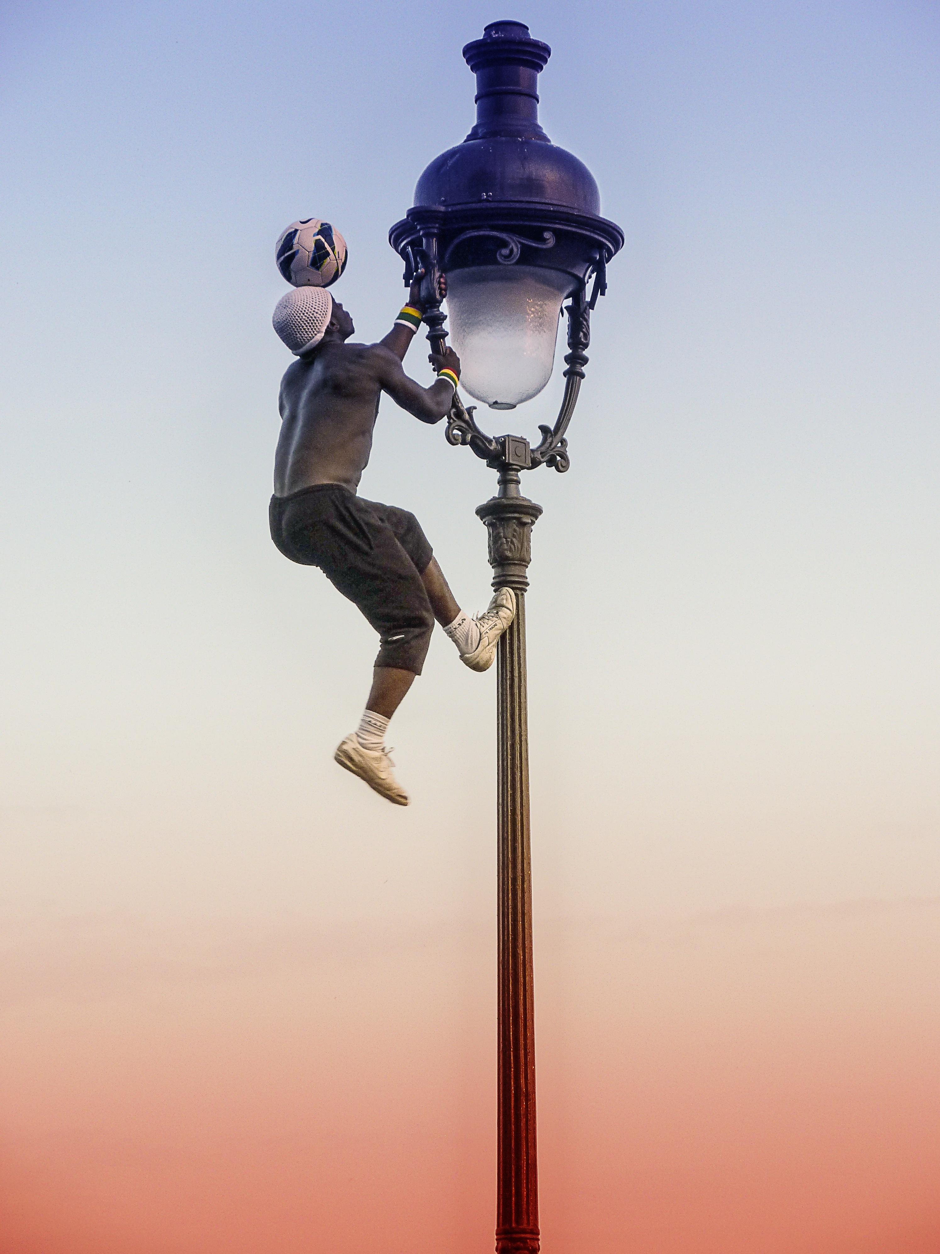 Gratis Afbeeldingen : man, Parijs, Frankrijk, avond, voertuig, blauw ...