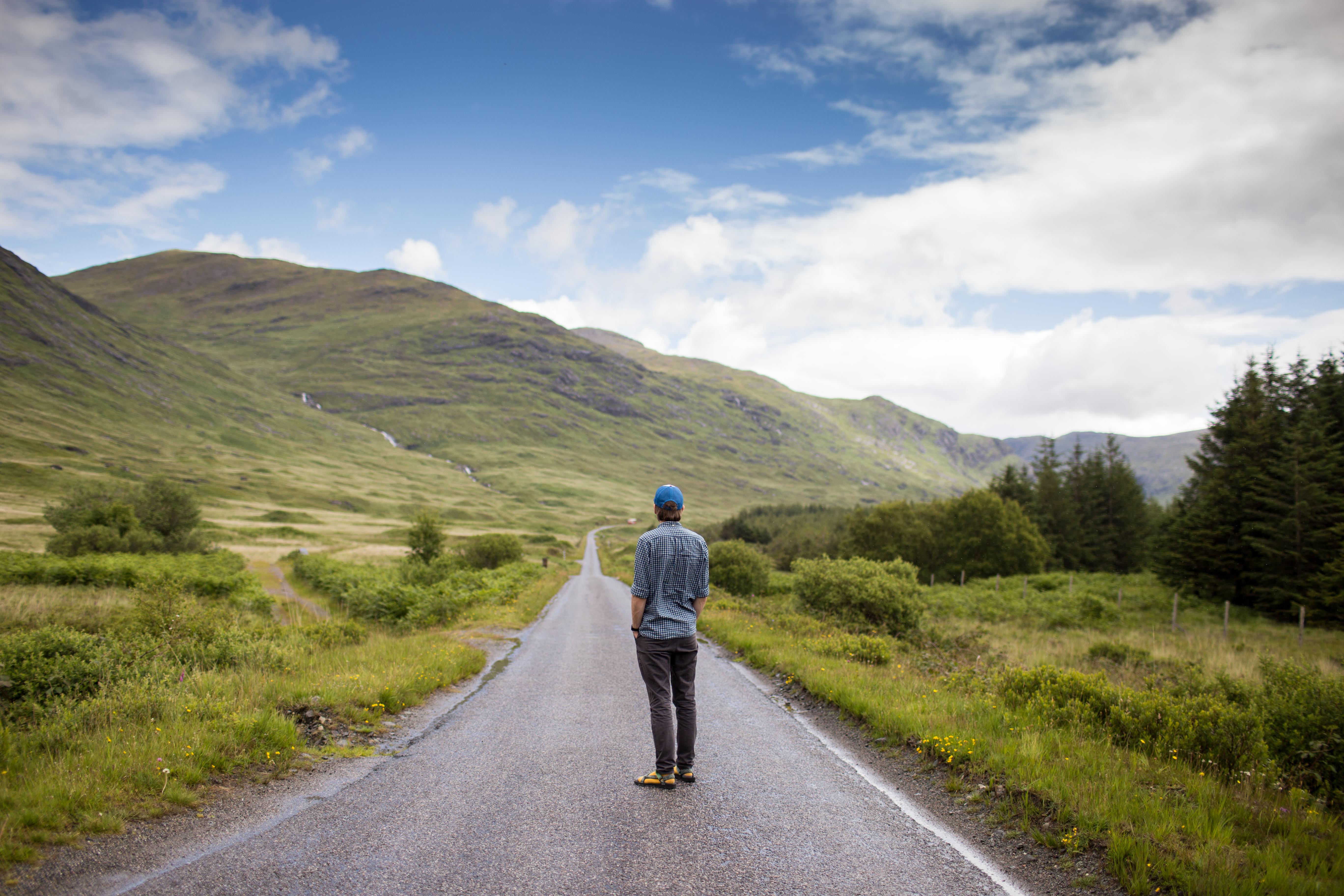 фото парень идет по дороге панки как