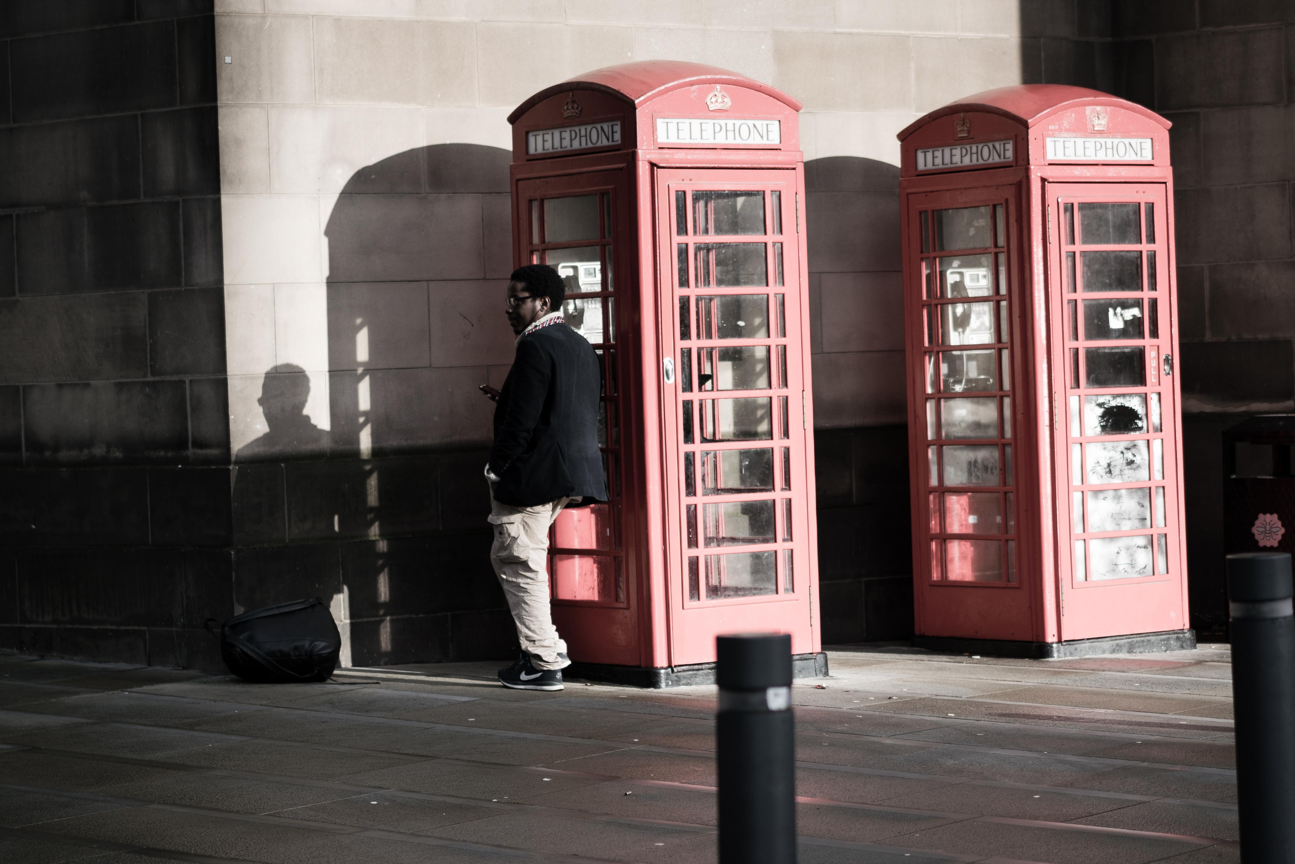 где картинка человек и телефонная будка снимках она образе