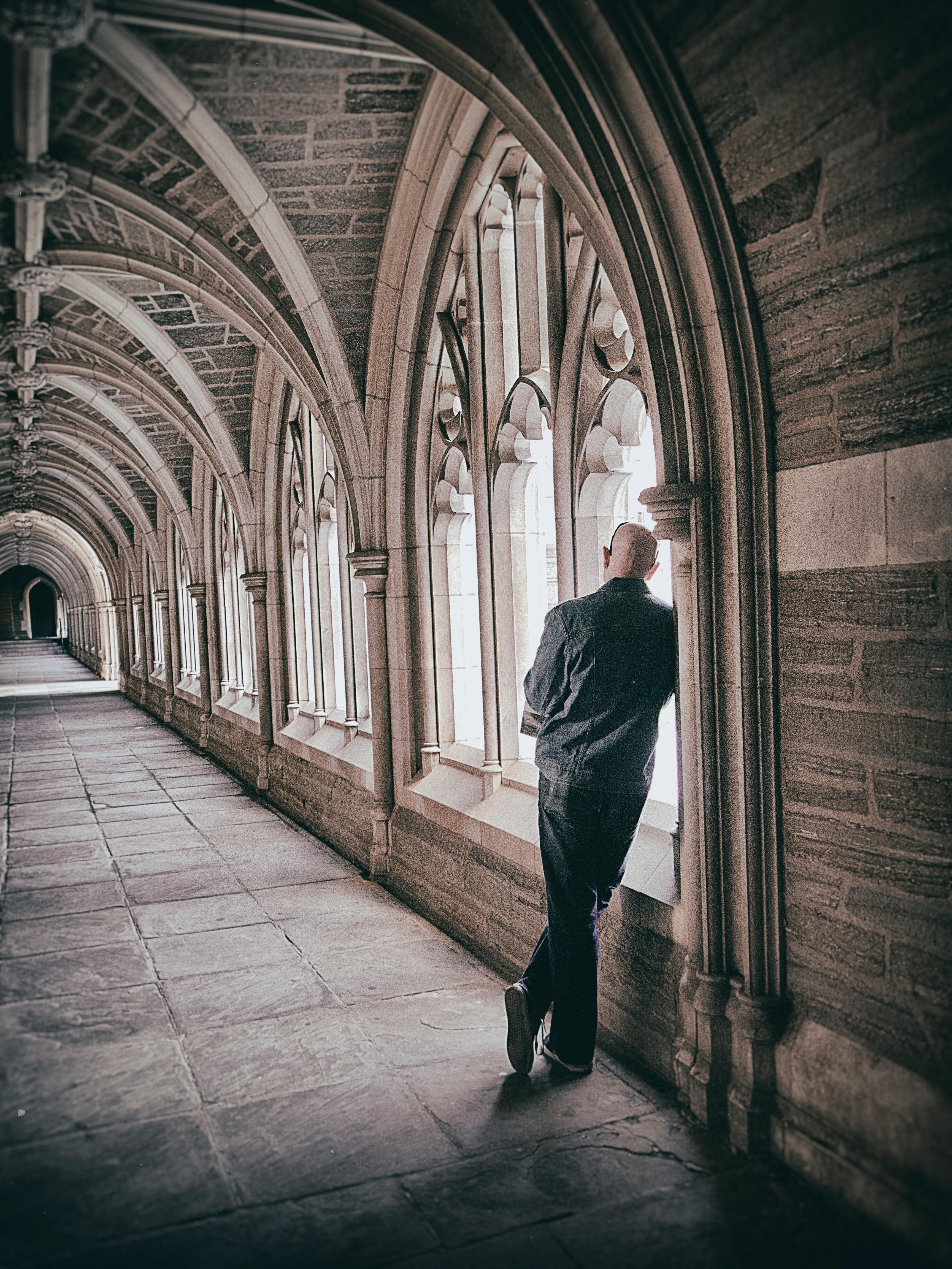 Мужская фотосессия в стеклянной архитектуре