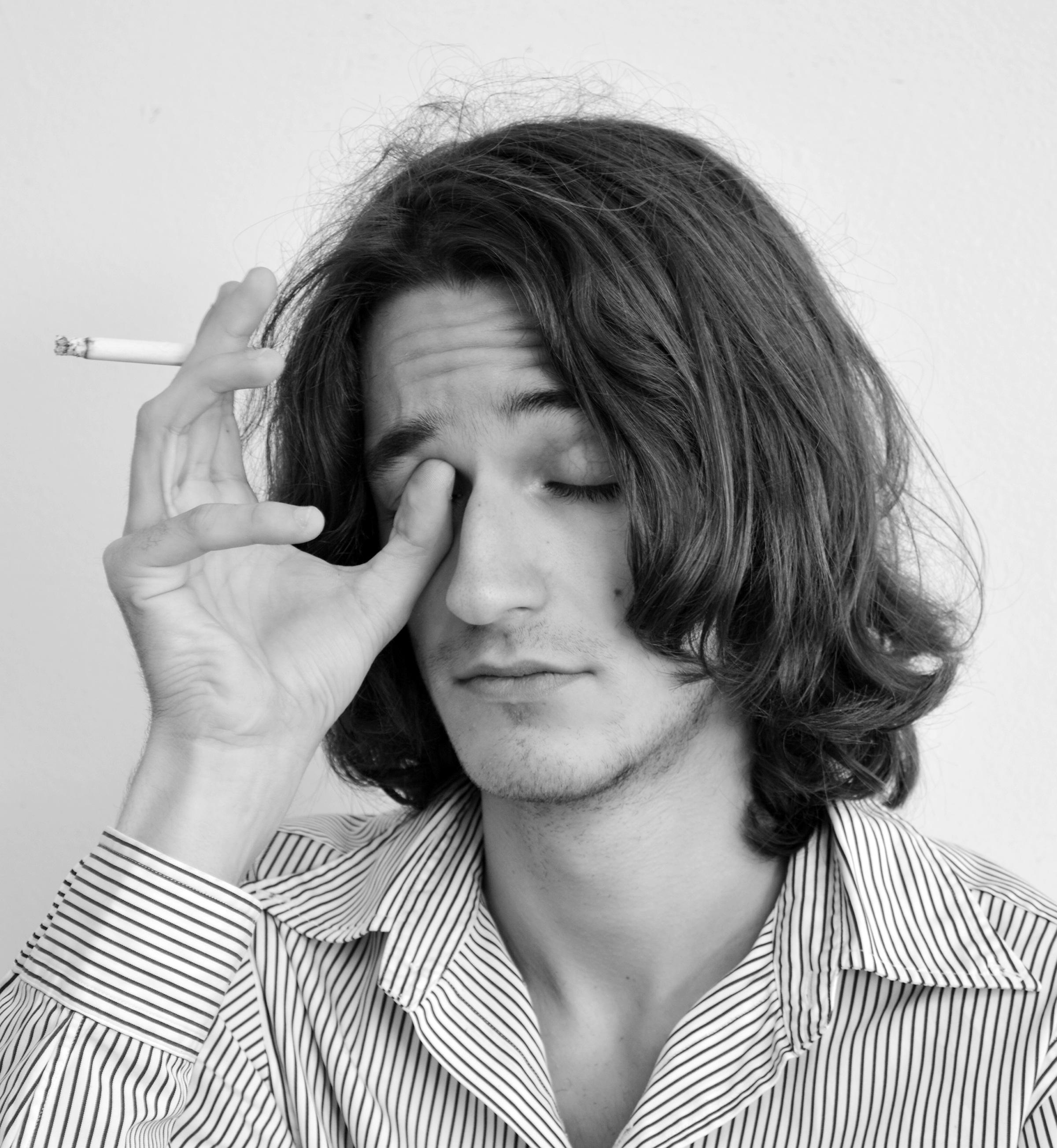 Pelo castaño de fumar